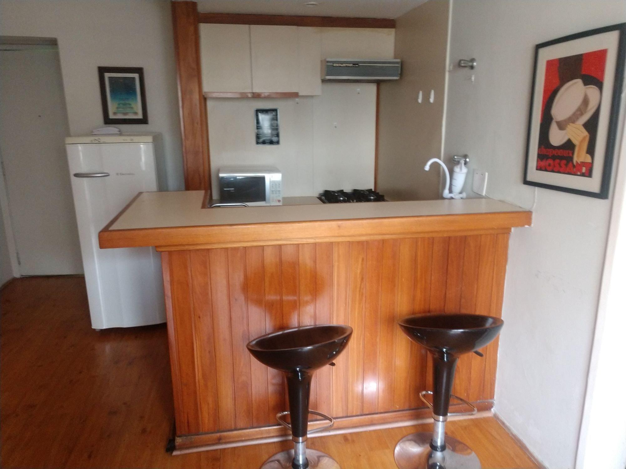 Foto de Cozinha com copo de vinho, geladeira