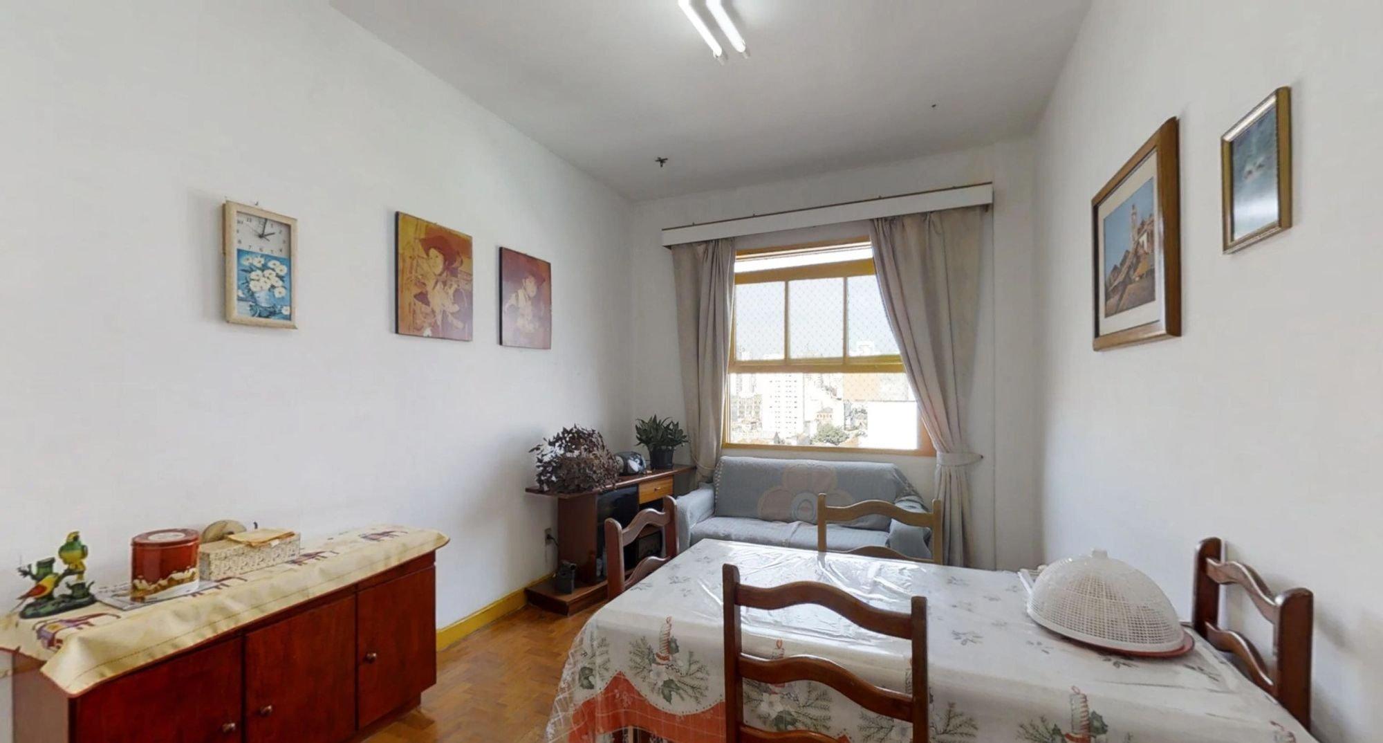 Foto de Sala com cama, vaso de planta, cadeira