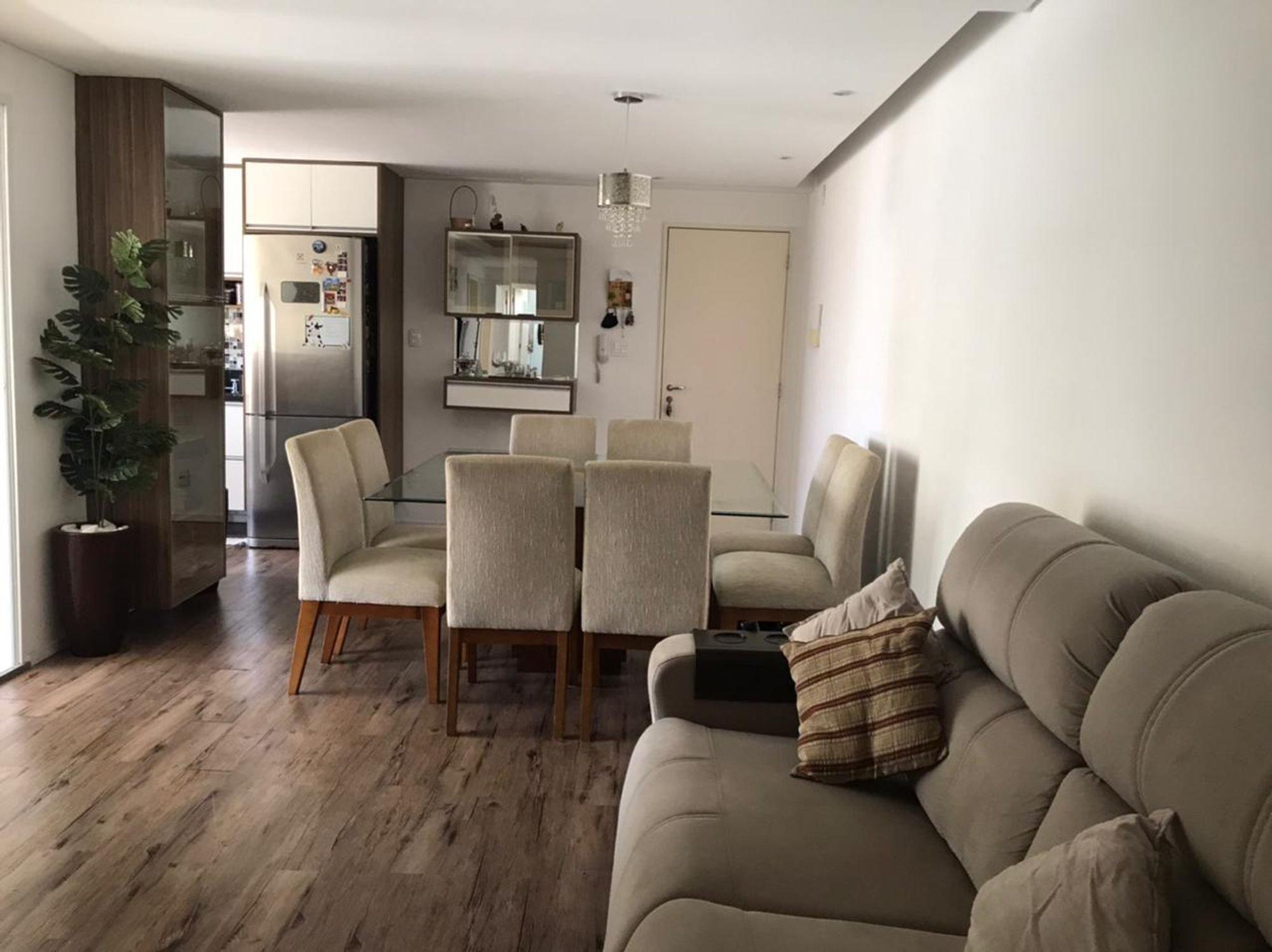 Foto de Sala com vaso de planta, sofá, geladeira, cadeira