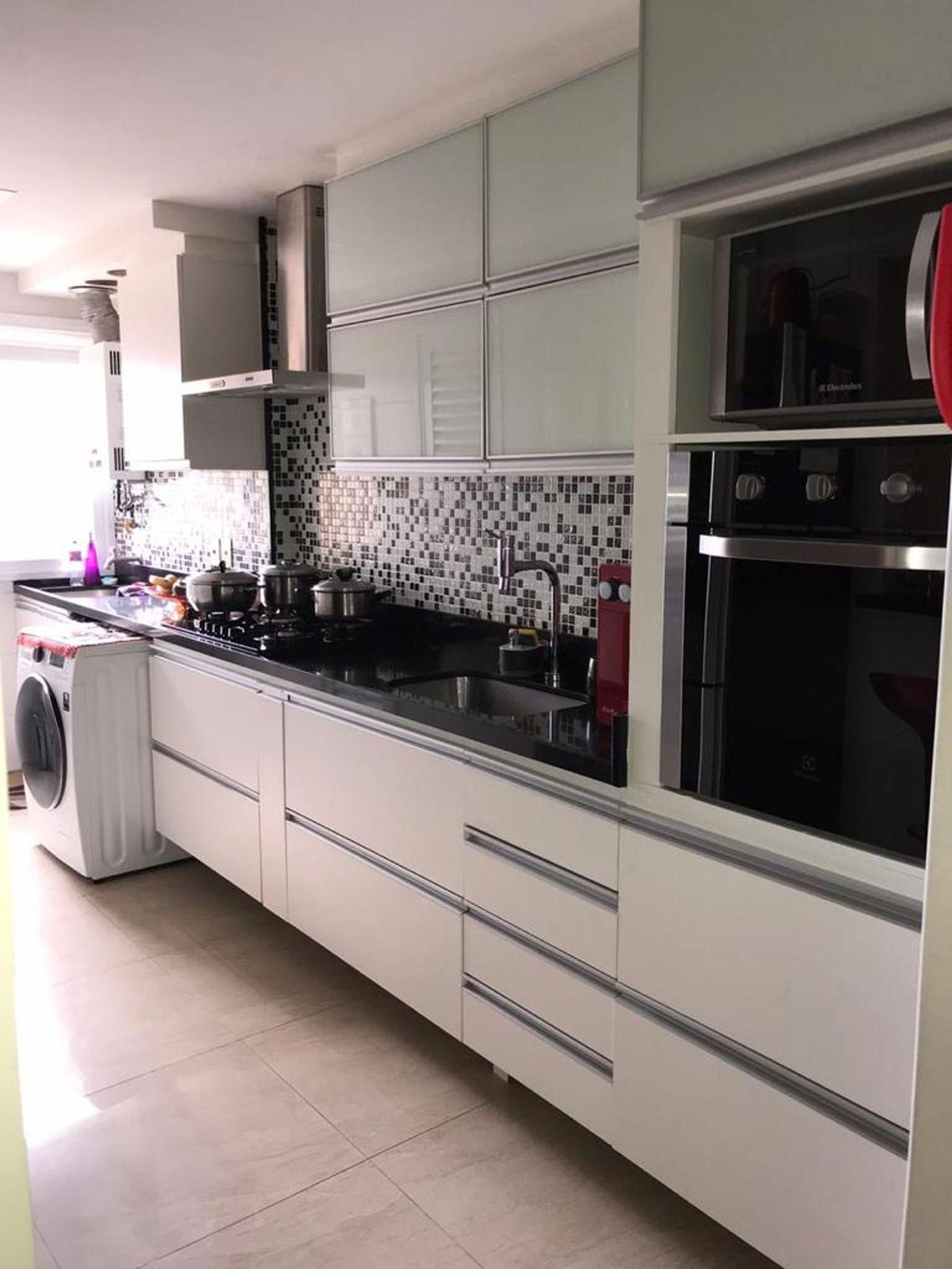 Foto de Cozinha com garrafa, tigela, pia, microondas
