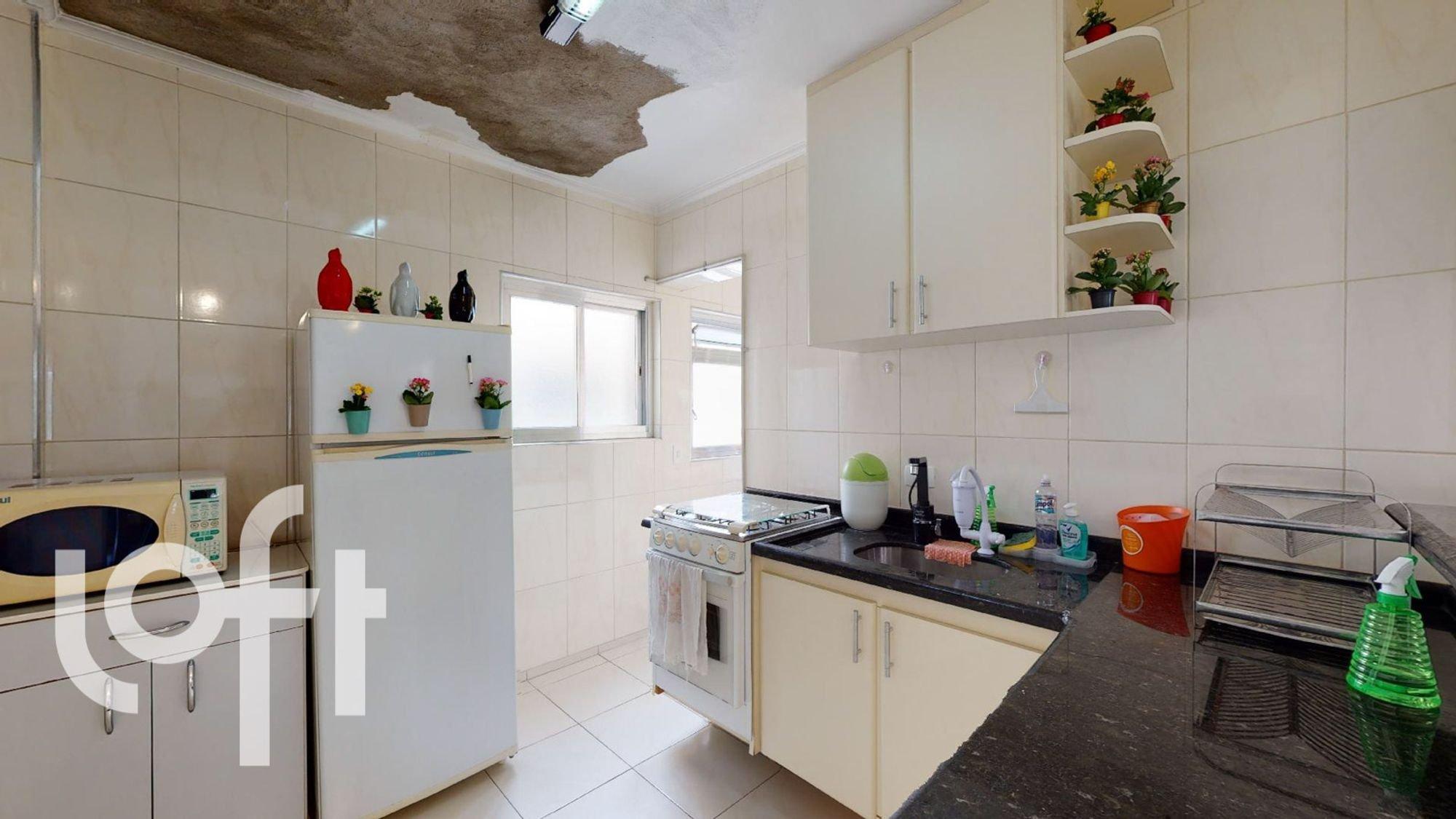 Foto de Cozinha com vaso de planta, forno, pia, vaso, garrafa, geladeira, microondas