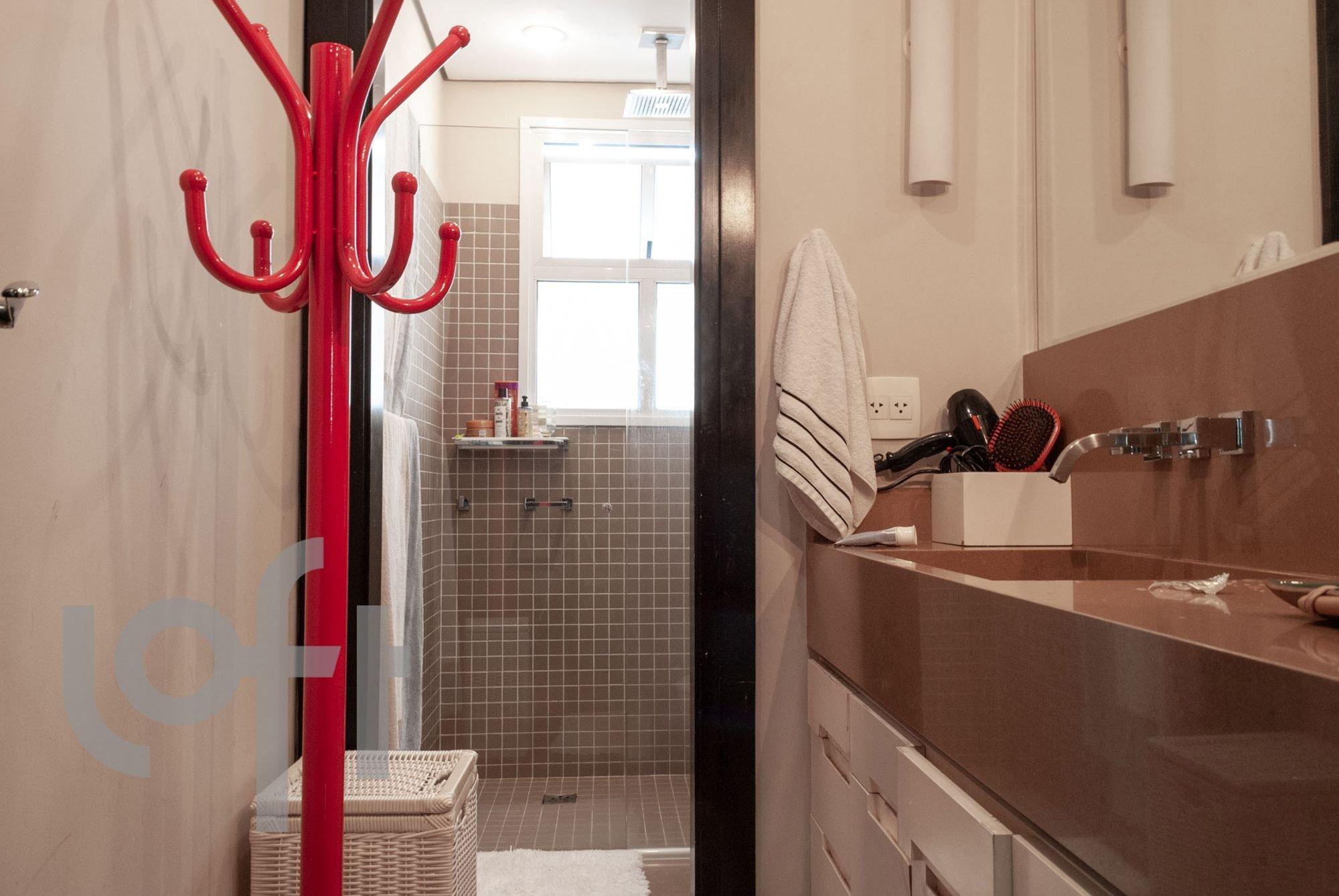 Foto de Banheiro com colher, garrafa