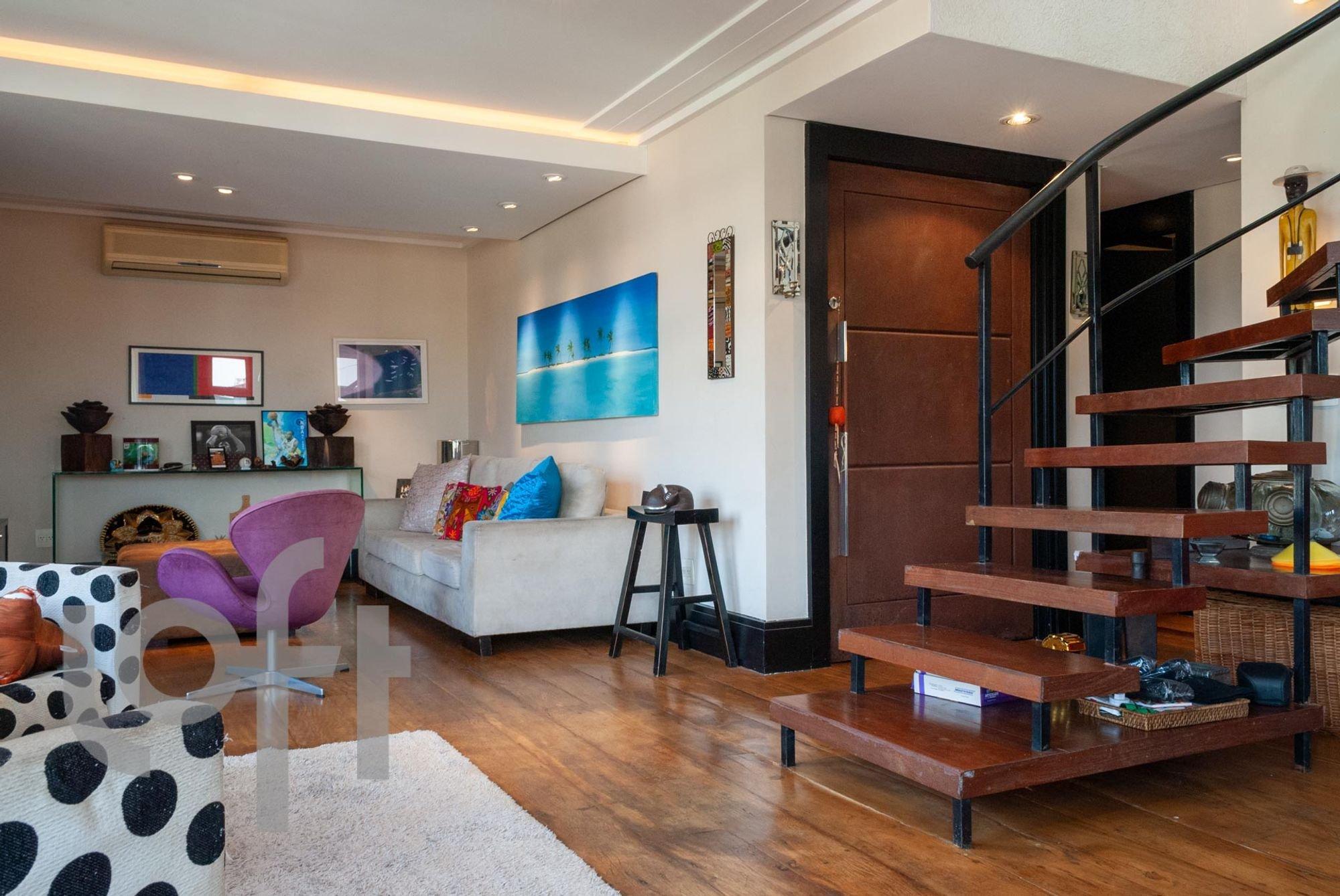 Foto de Sala com banco, sofá, cadeira