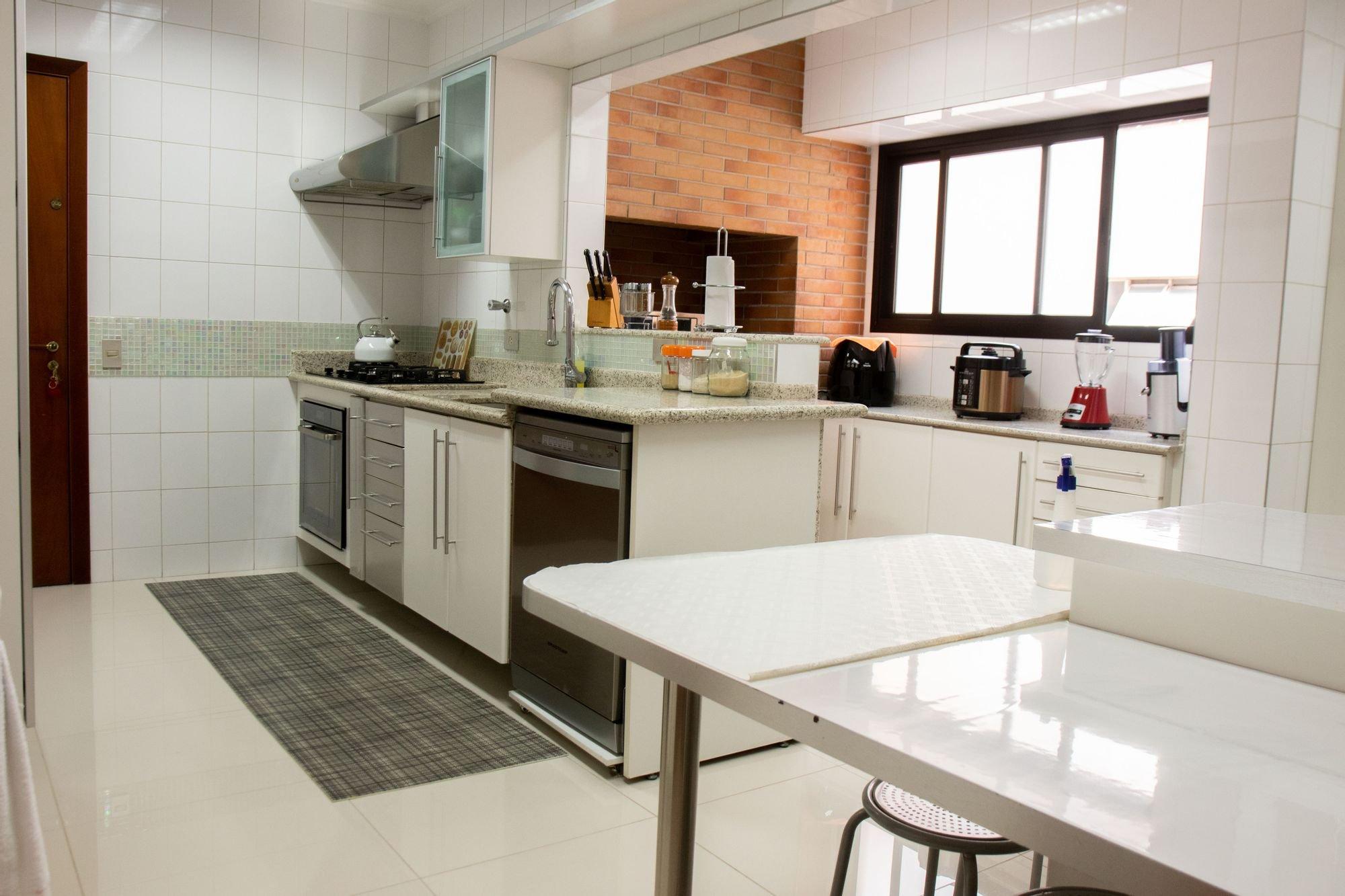 Foto de Cozinha com faca, garrafa, cadeira, mesa de jantar