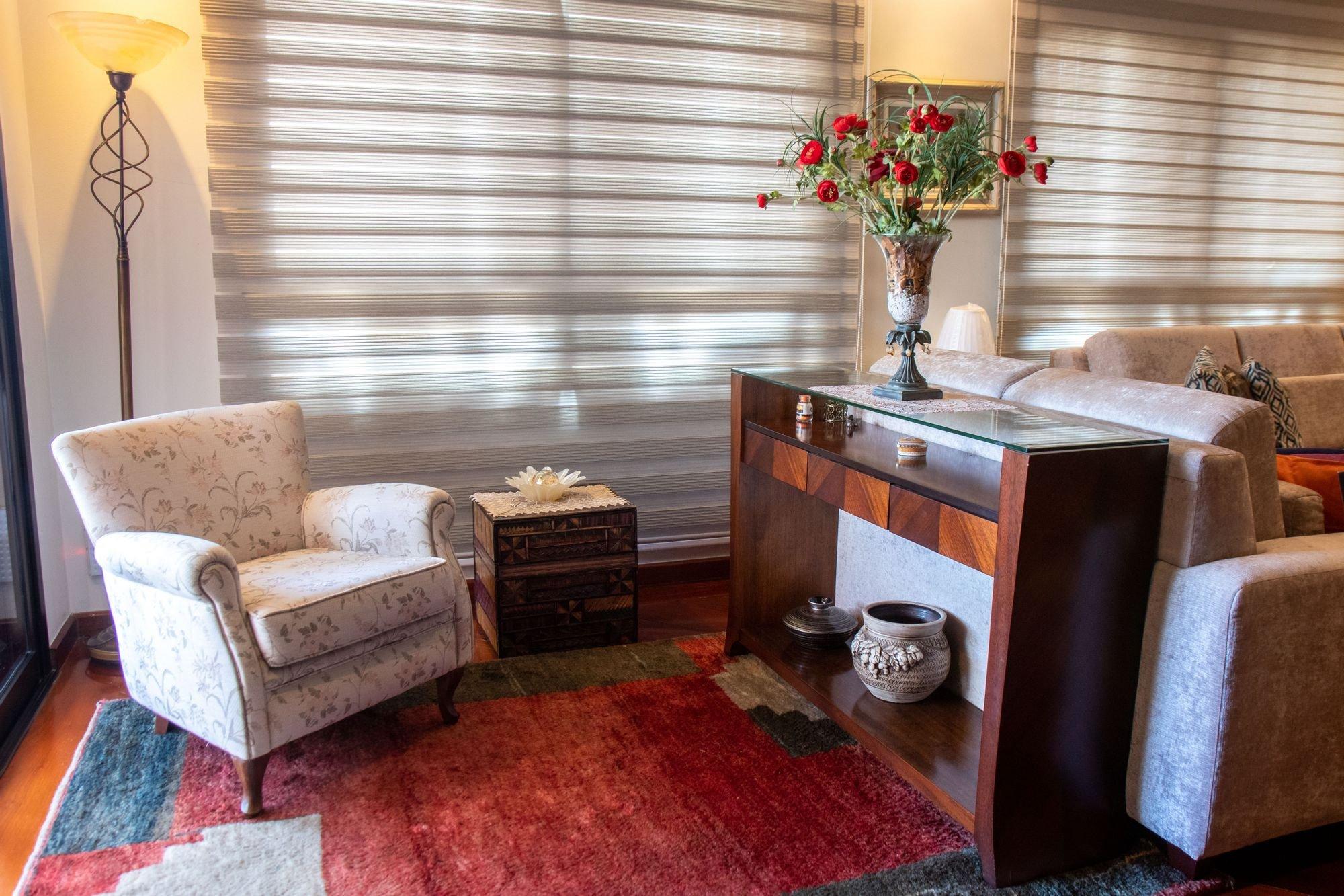 Foto de Sala com cadeira, vaso