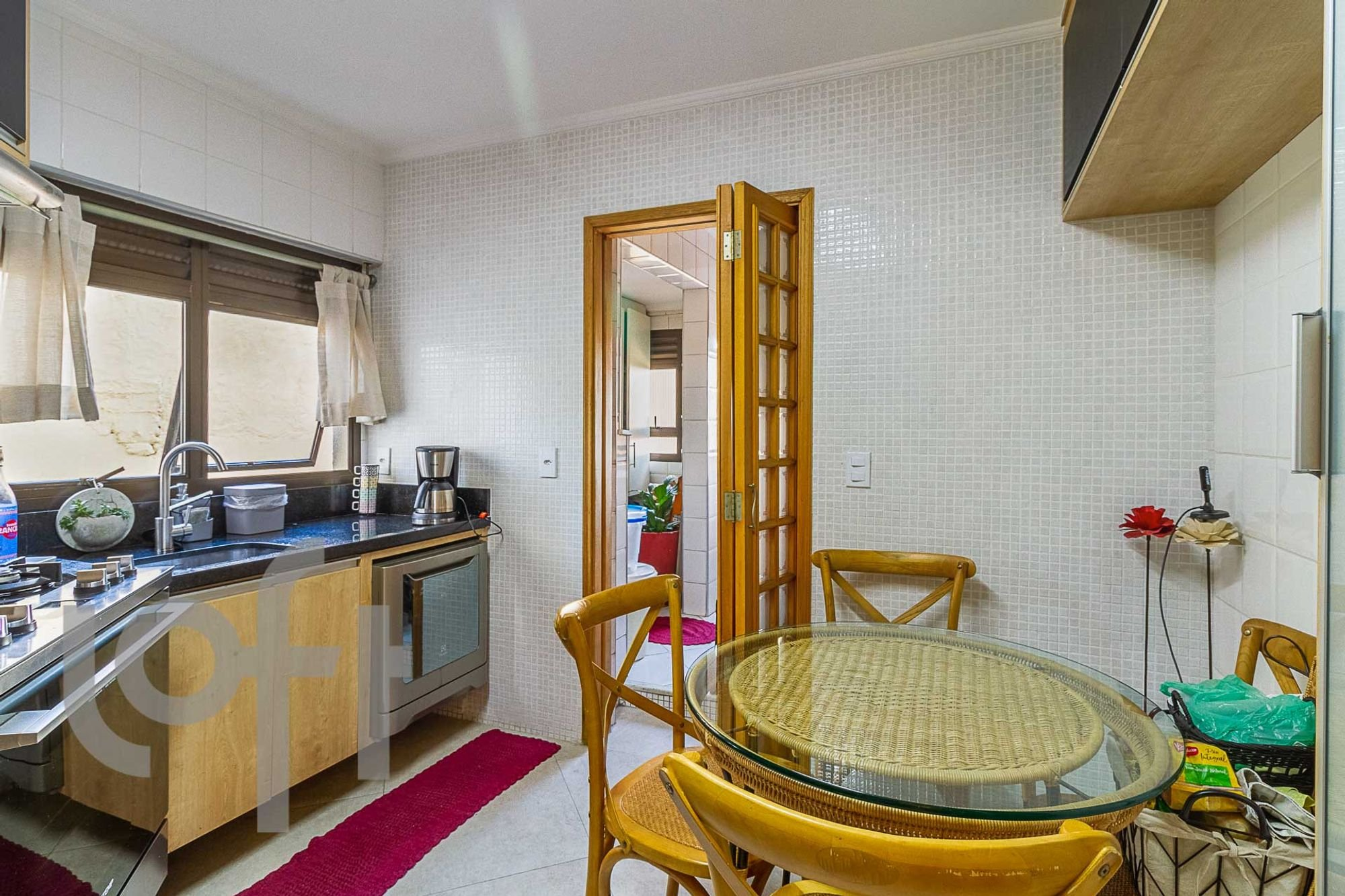Foto de Cozinha com vaso de planta, cadeira, garrafa