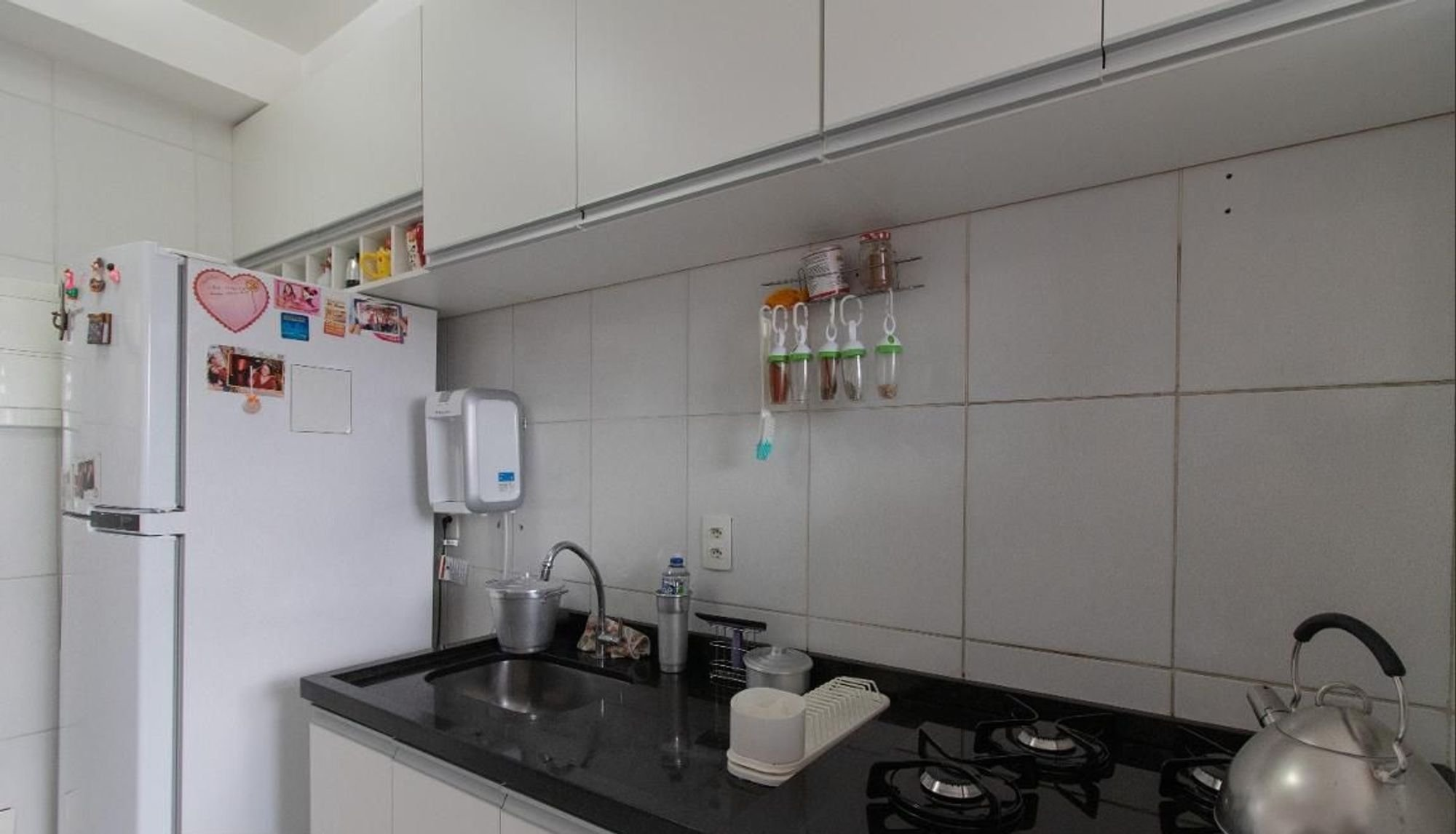 Foto de Cozinha com forno, geladeira, pia, xícara