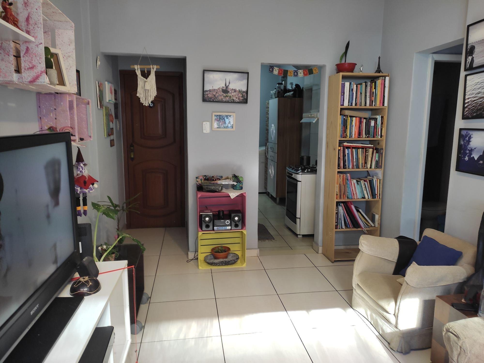 Foto de Sala com vaso de planta, televisão, tigela, cadeira, livro