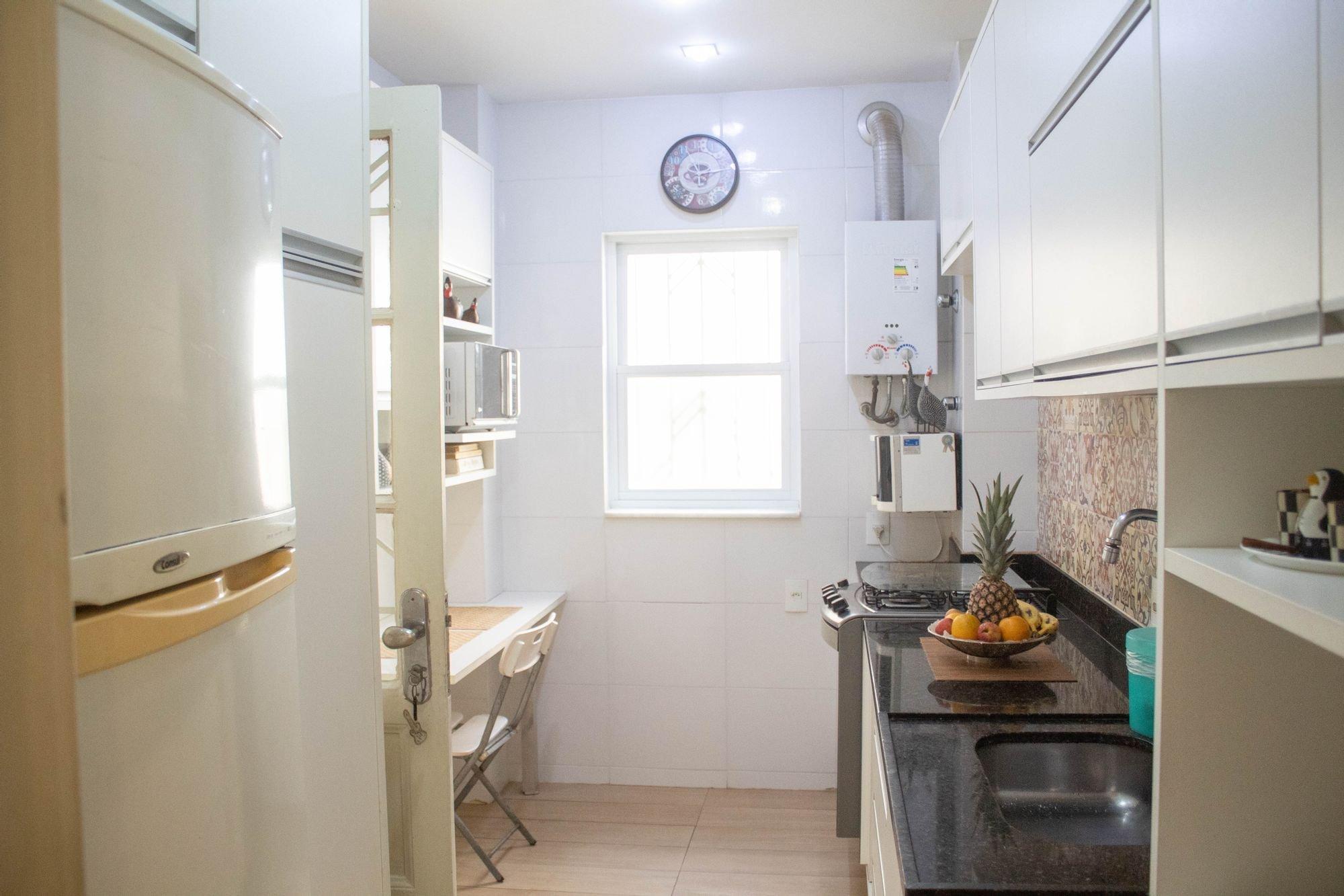 Foto de Cozinha com vaso, relógio, tigela, cadeira, pia