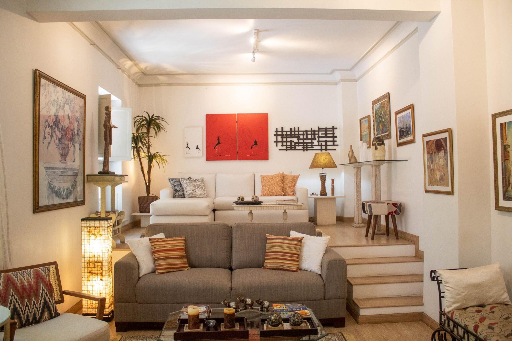 Foto de Sala com vaso de planta, sofá, garrafa, cadeira, xícara