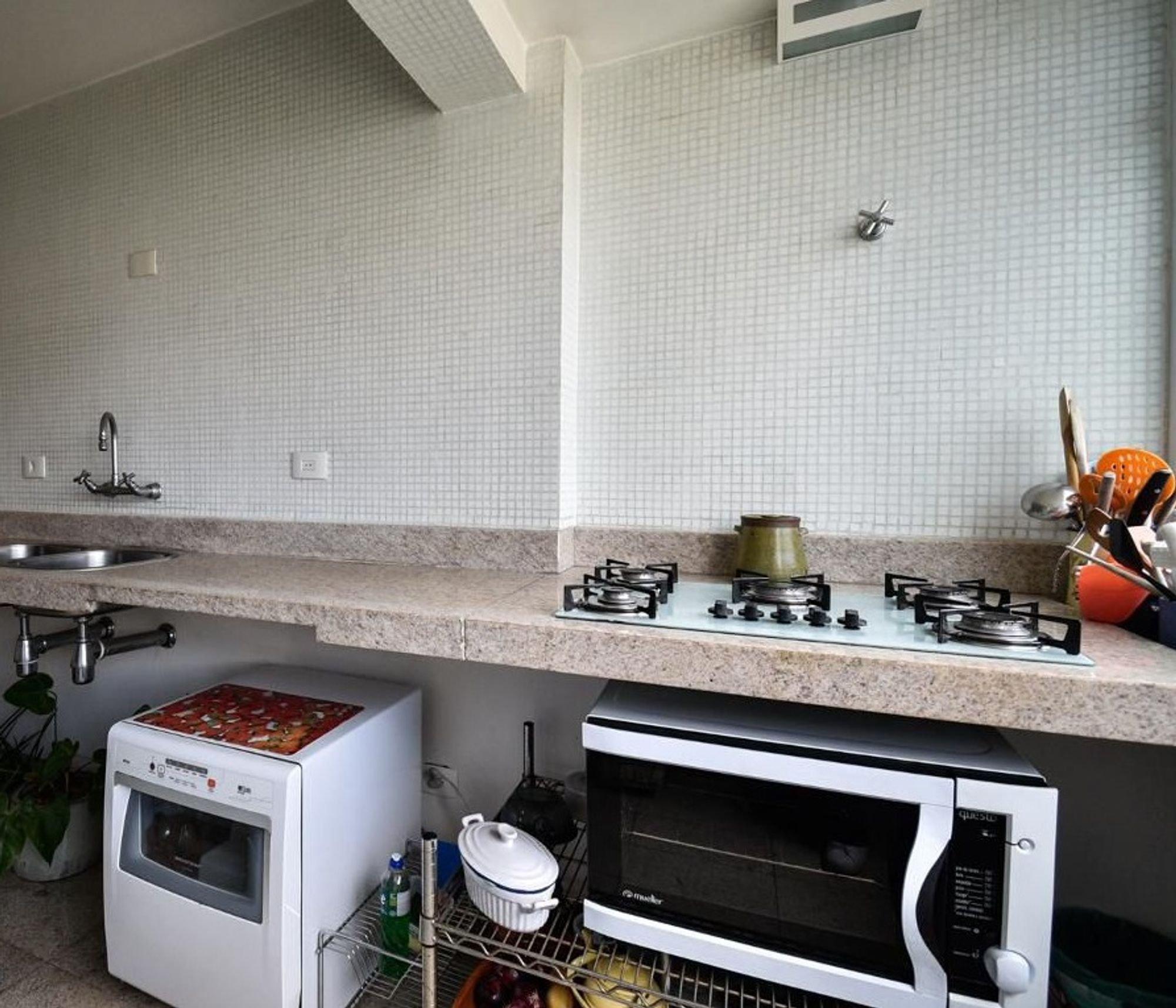 Foto de Cozinha com vaso de planta, forno, pia, microondas