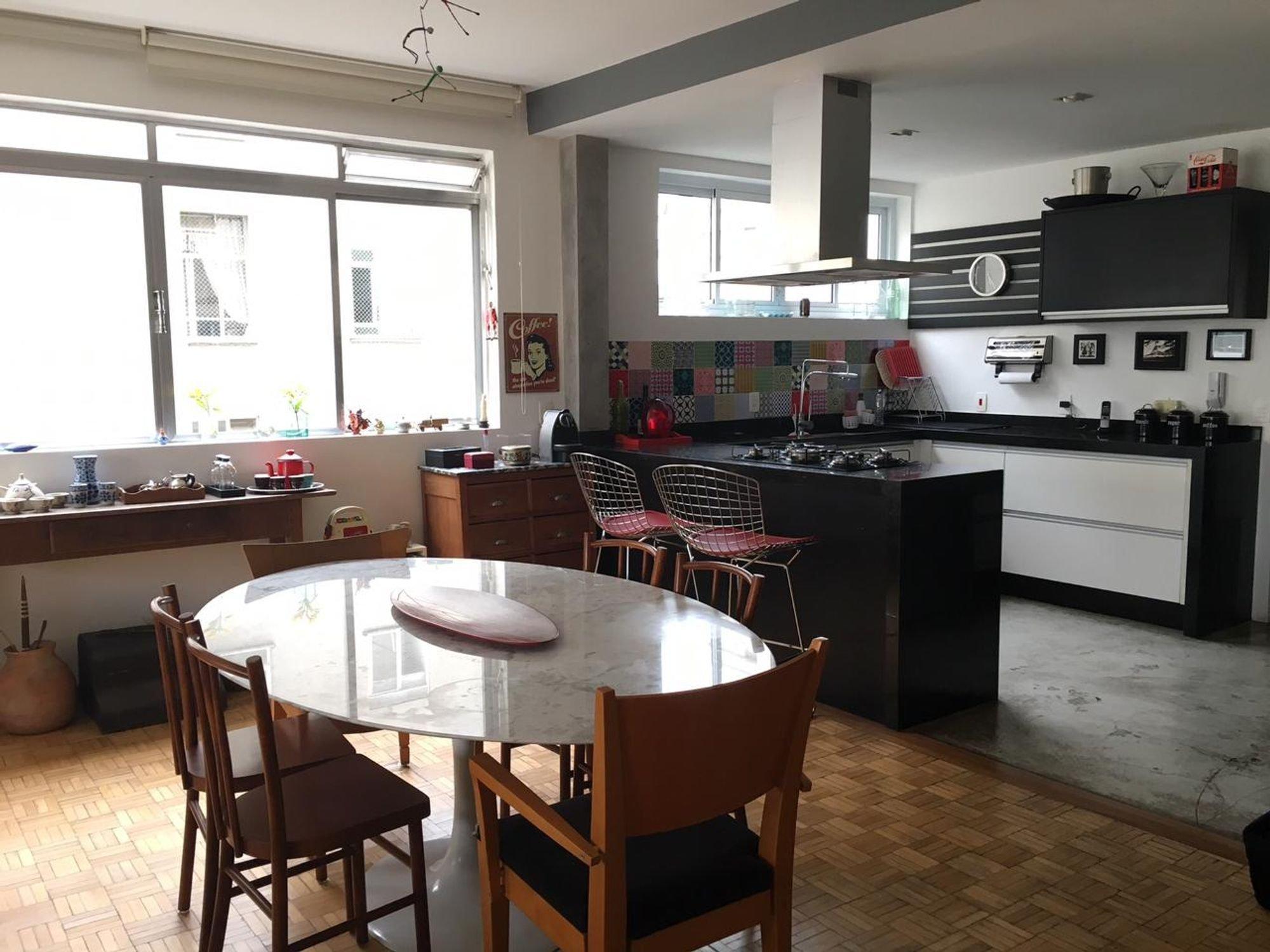Foto de Cozinha com forno, cadeira, mesa de jantar