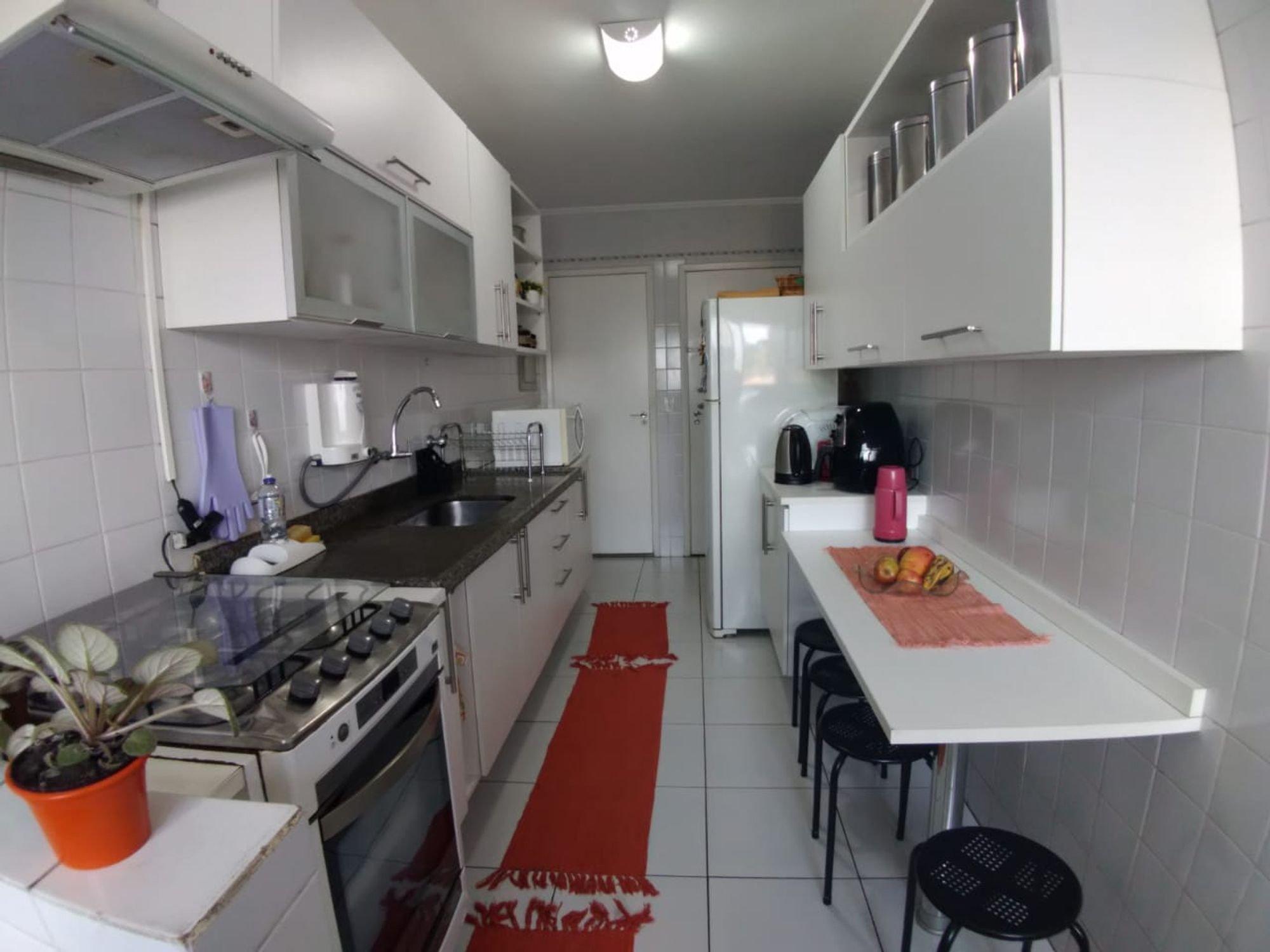 Foto de Cozinha com vaso de planta, garrafa, forno, geladeira, pia, cadeira