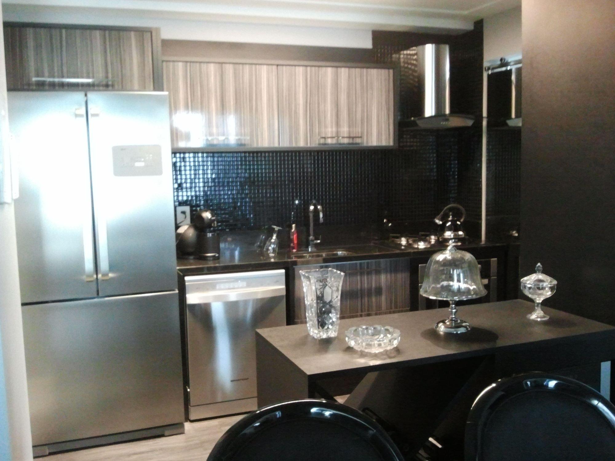 Foto de Cozinha com vaso, tigela, geladeira, cadeira