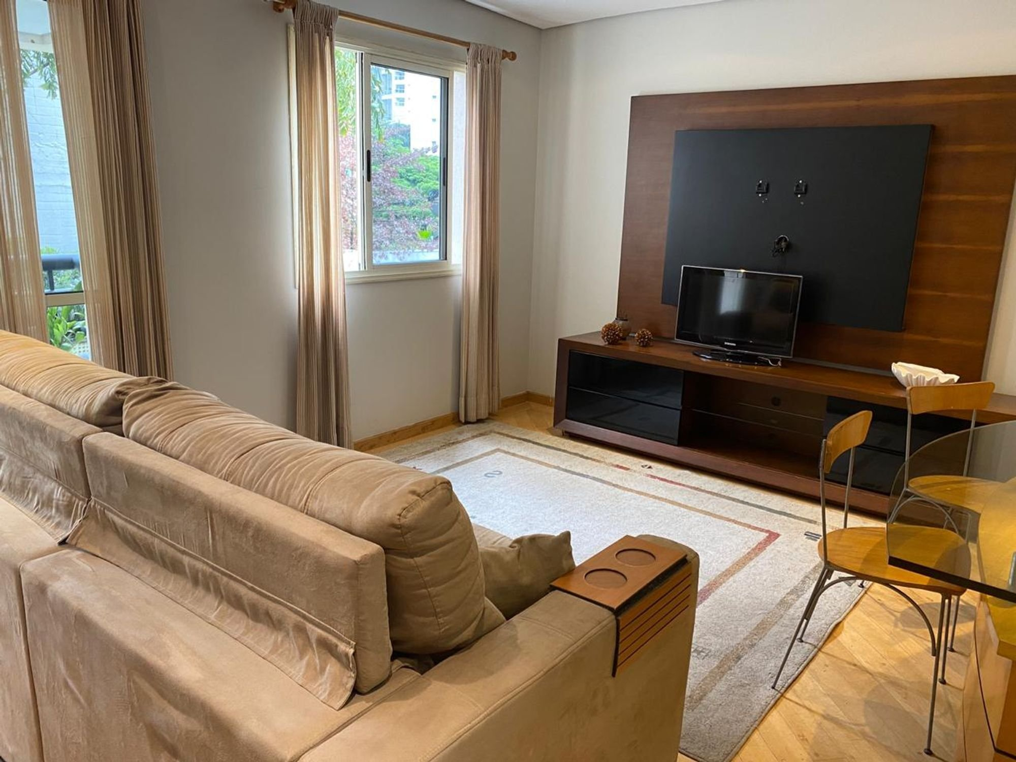 Foto de Sala com sofá, televisão, cadeira