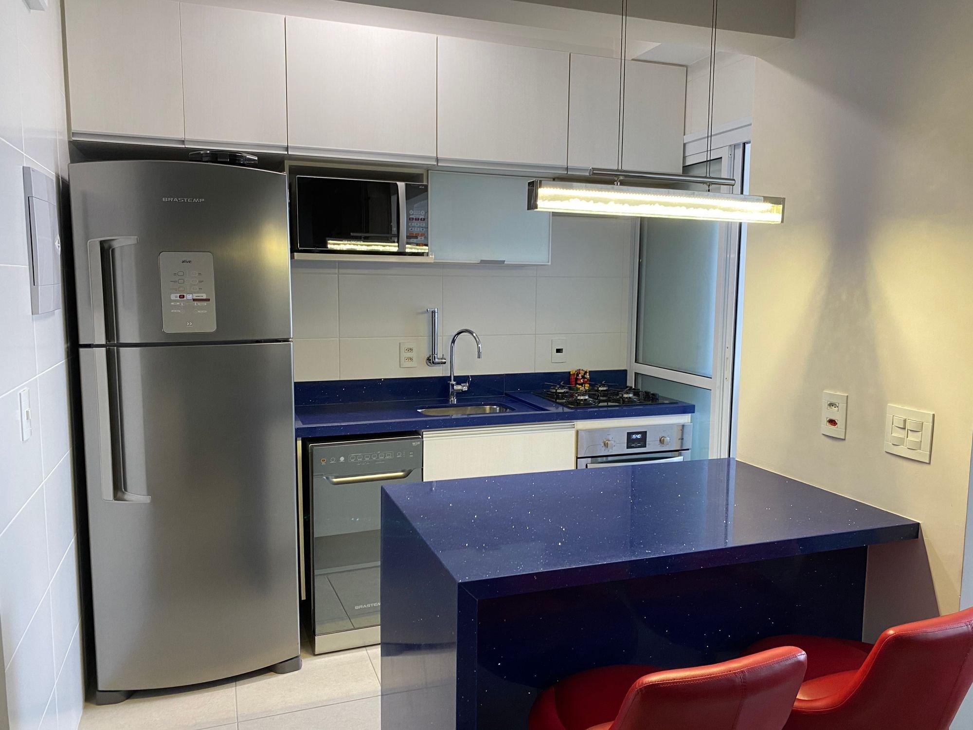 Foto de Cozinha com forno, geladeira, pia, cadeira, microondas, mesa de jantar