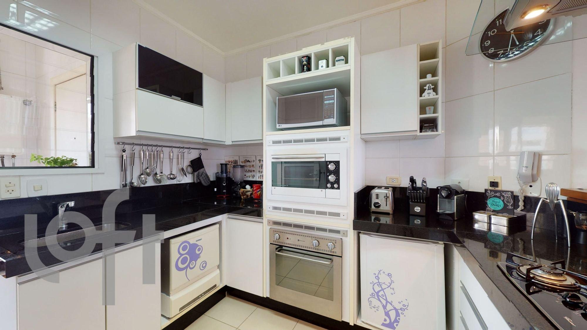 Foto de Cozinha com vaso de planta, colher, garrafa, forno, microondas