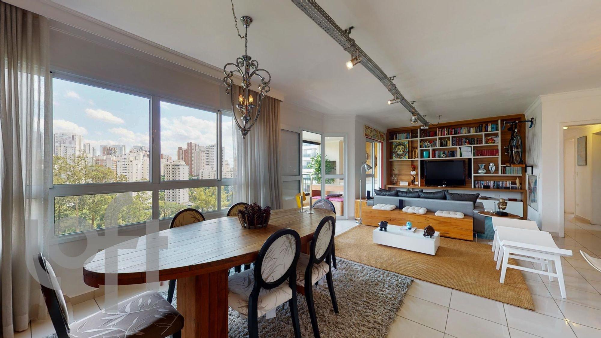 Foto de Sala com sofá, televisão, cadeira, livro, mesa de jantar