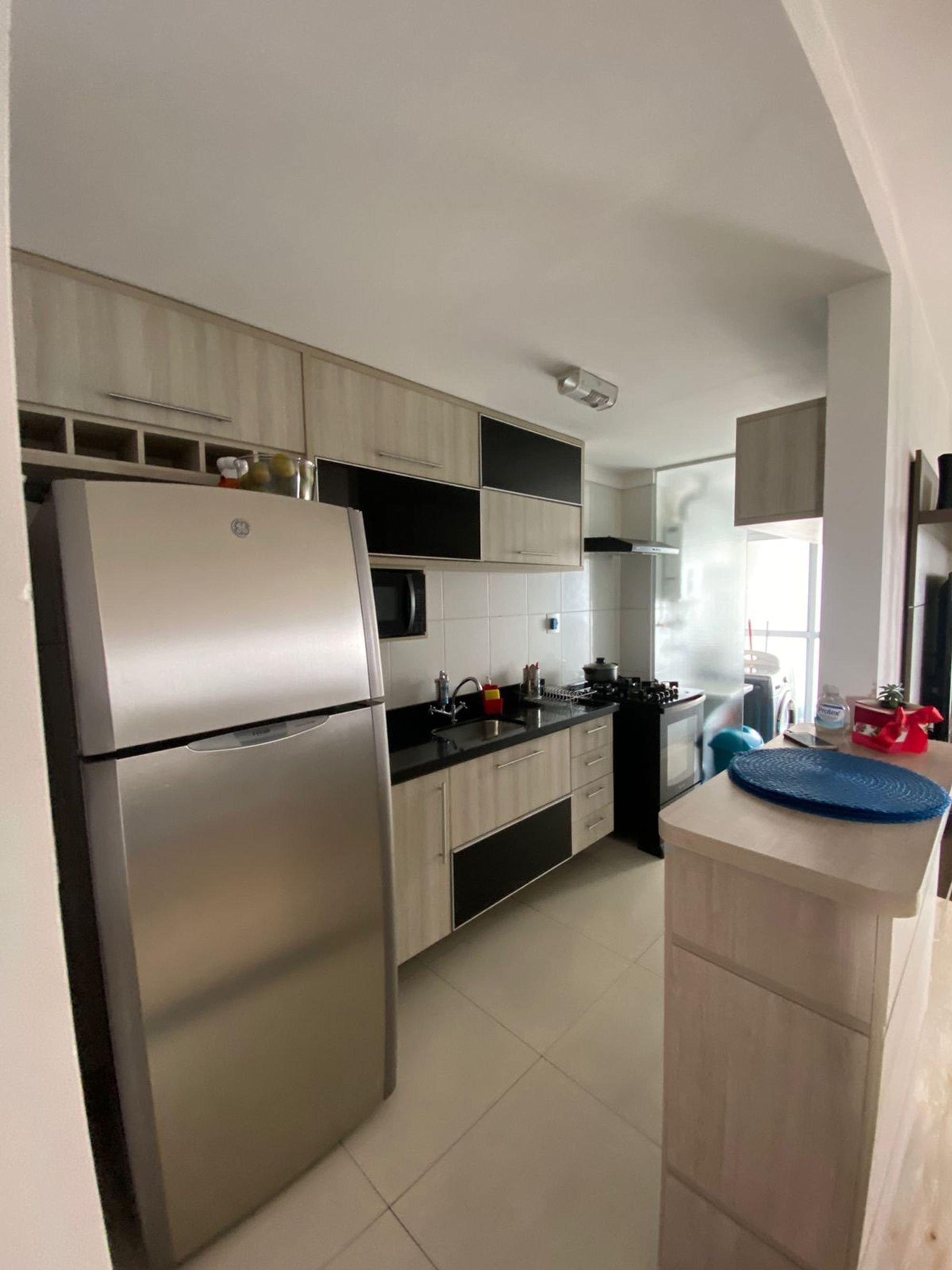 Foto de Cozinha com garrafa, forno, geladeira, cadeira, pia, microondas