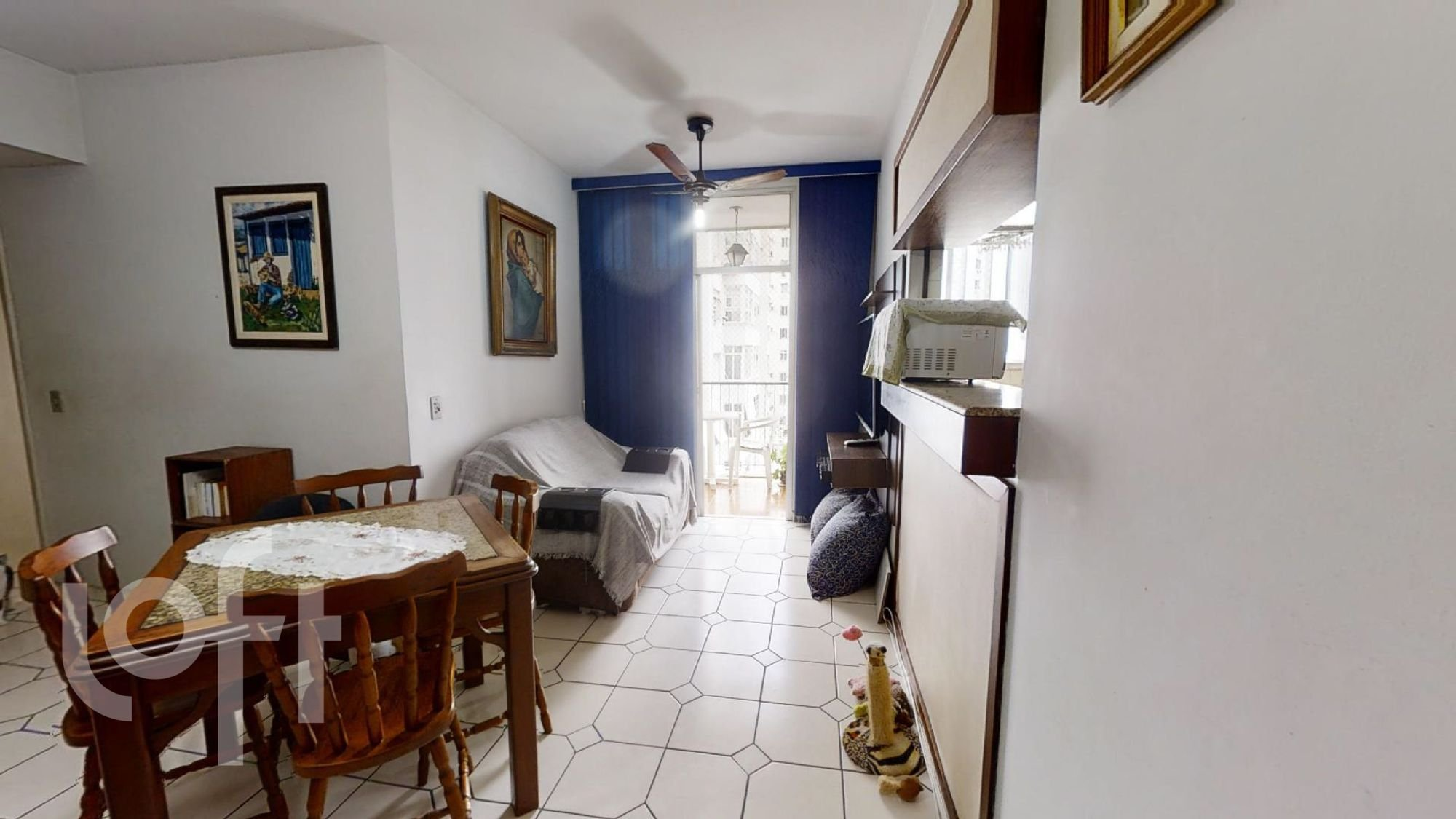 Foto de Sala com cama, cadeira, mesa de jantar