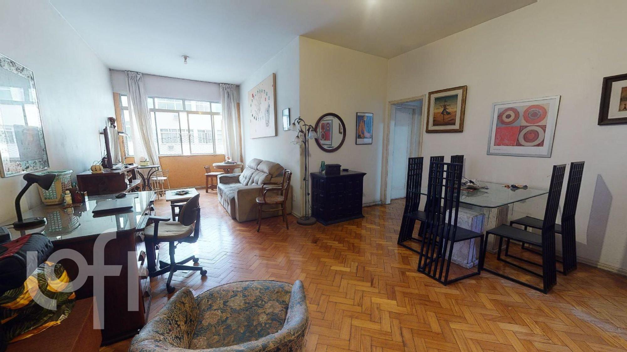 Foto de Sala com televisão, relógio, cadeira, mesa de jantar