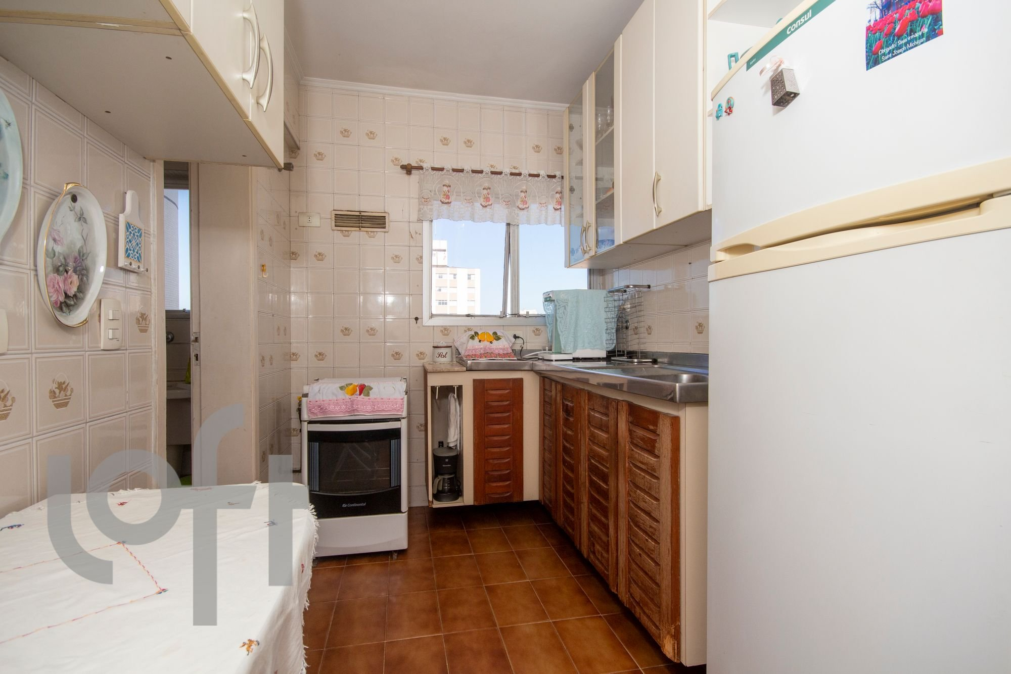 Foto de Cozinha com forno, geladeira