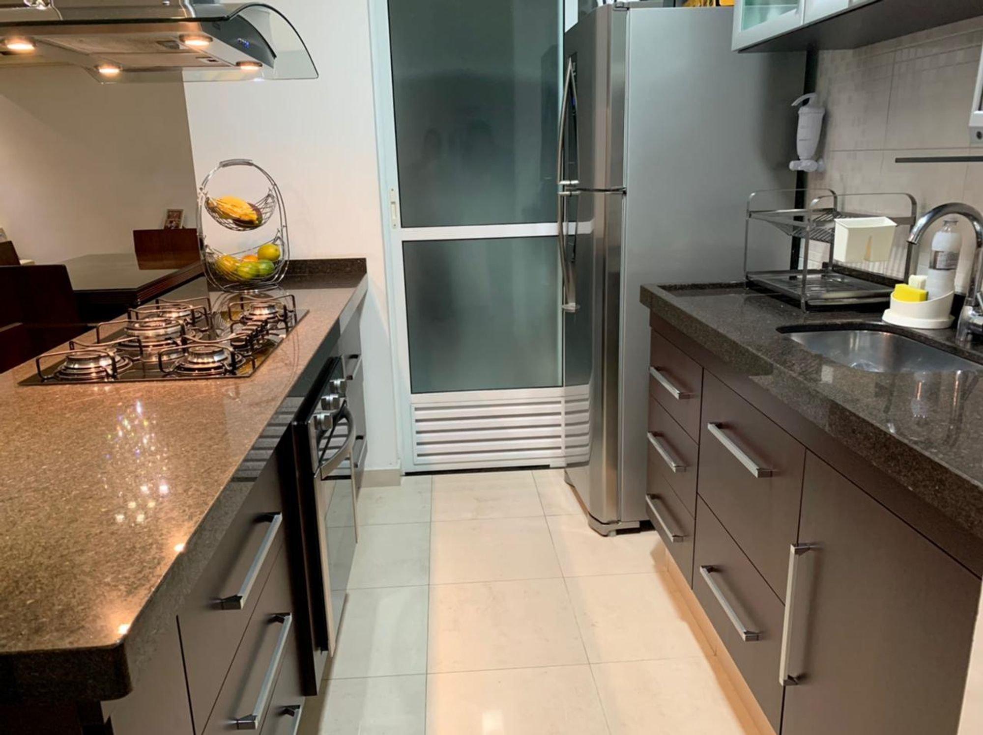 Foto de Cozinha com forno, geladeira, pia, cadeira