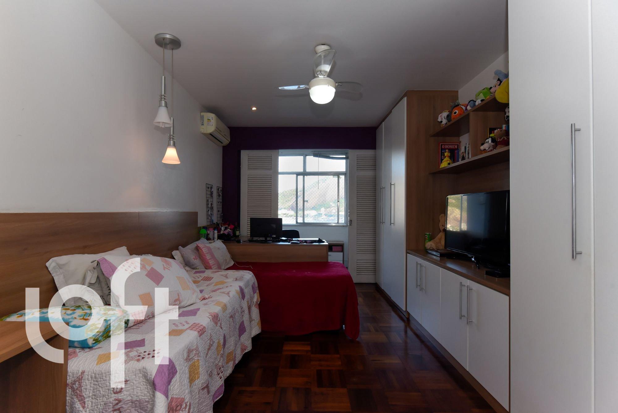 Foto de Quarto com cama, sofá, televisão