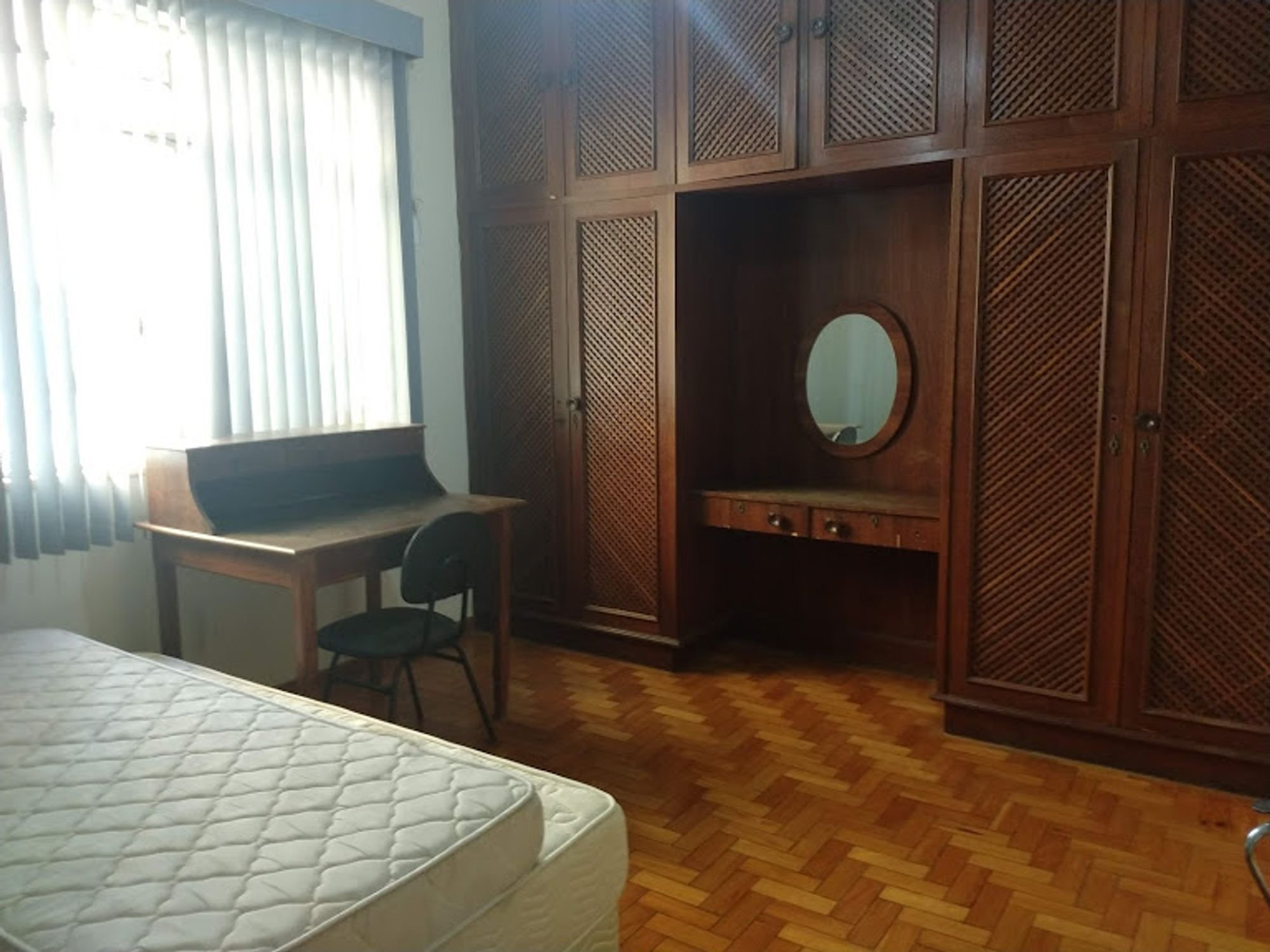 Foto de Sala com cama, banco, cadeira