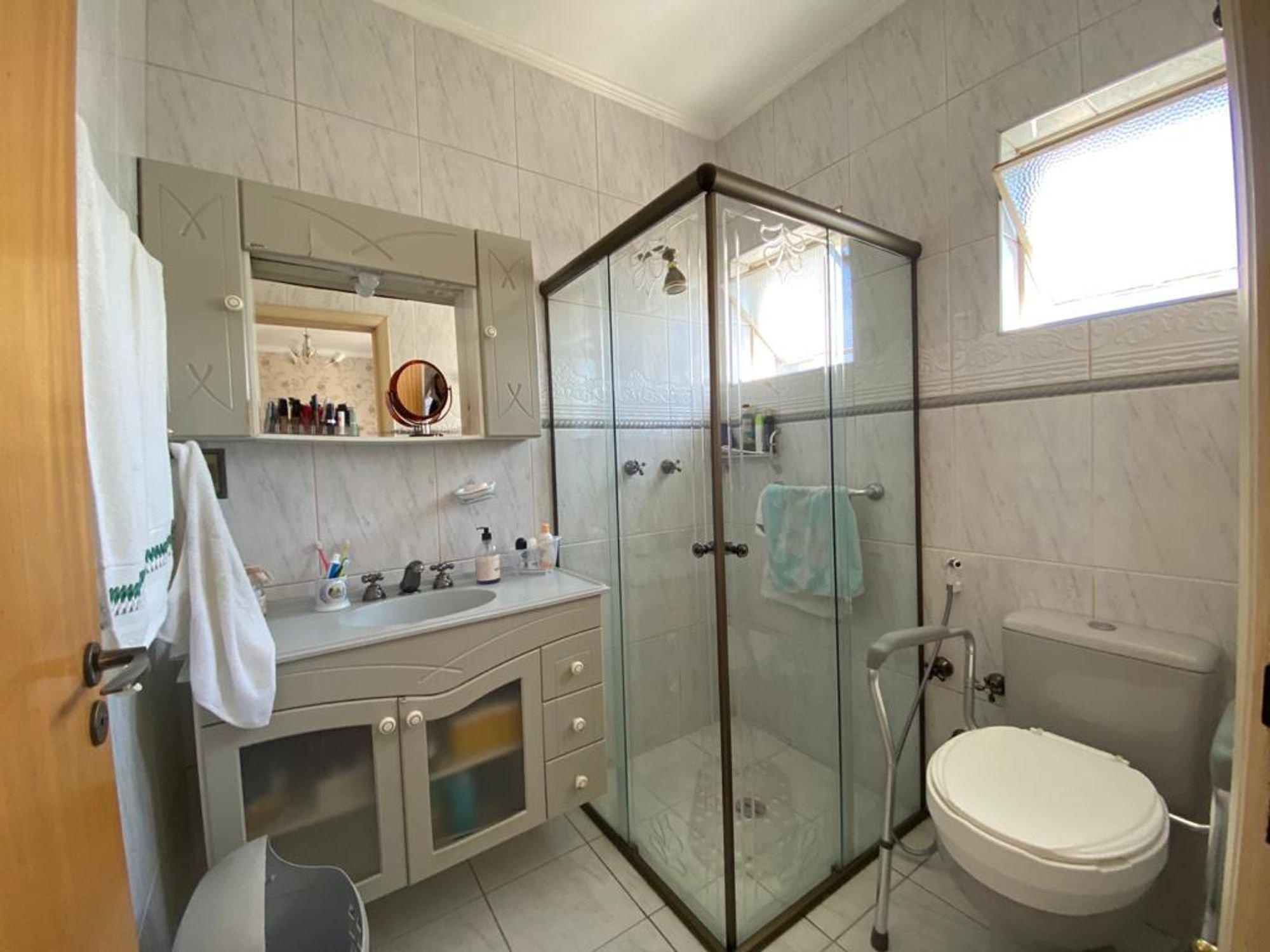 Foto de Banheiro com escova de dente, vaso sanitário, cadeira, pia
