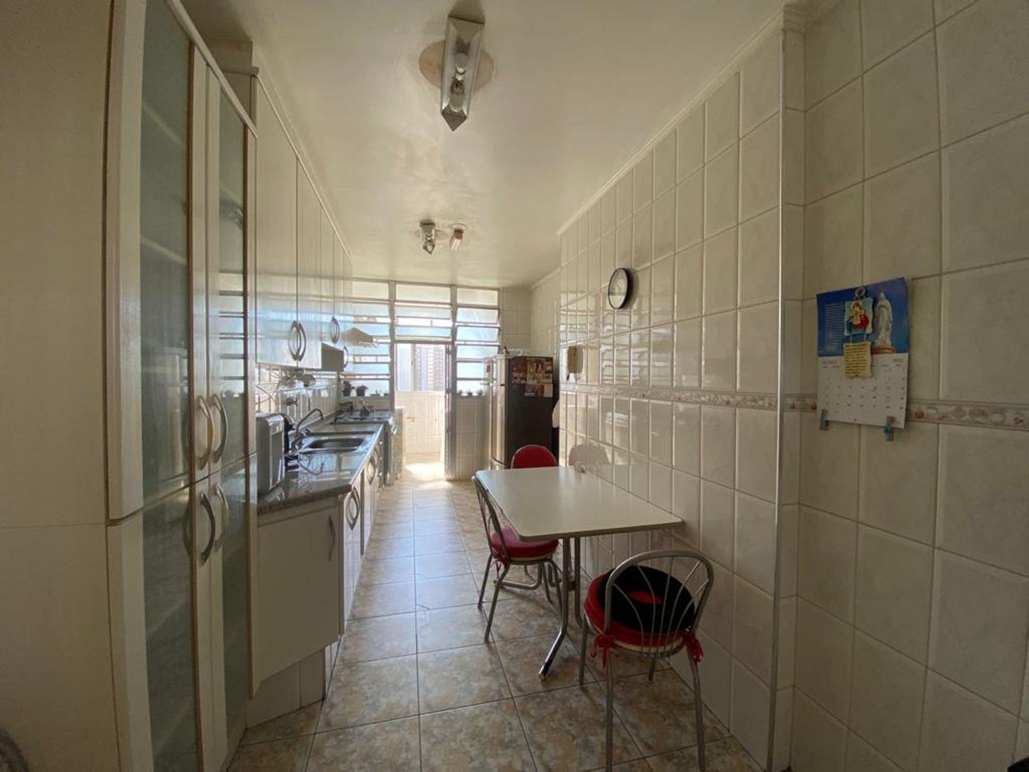 Foto de Cozinha com cadeira, relógio, mesa de jantar