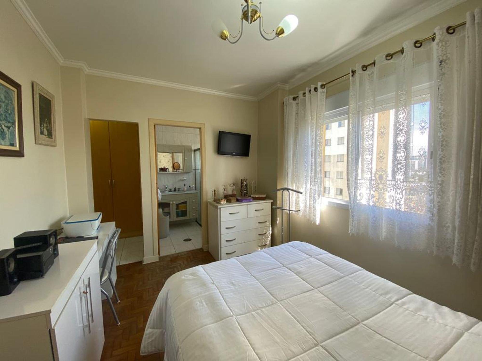 Foto de Quarto com cama, tigela, televisão