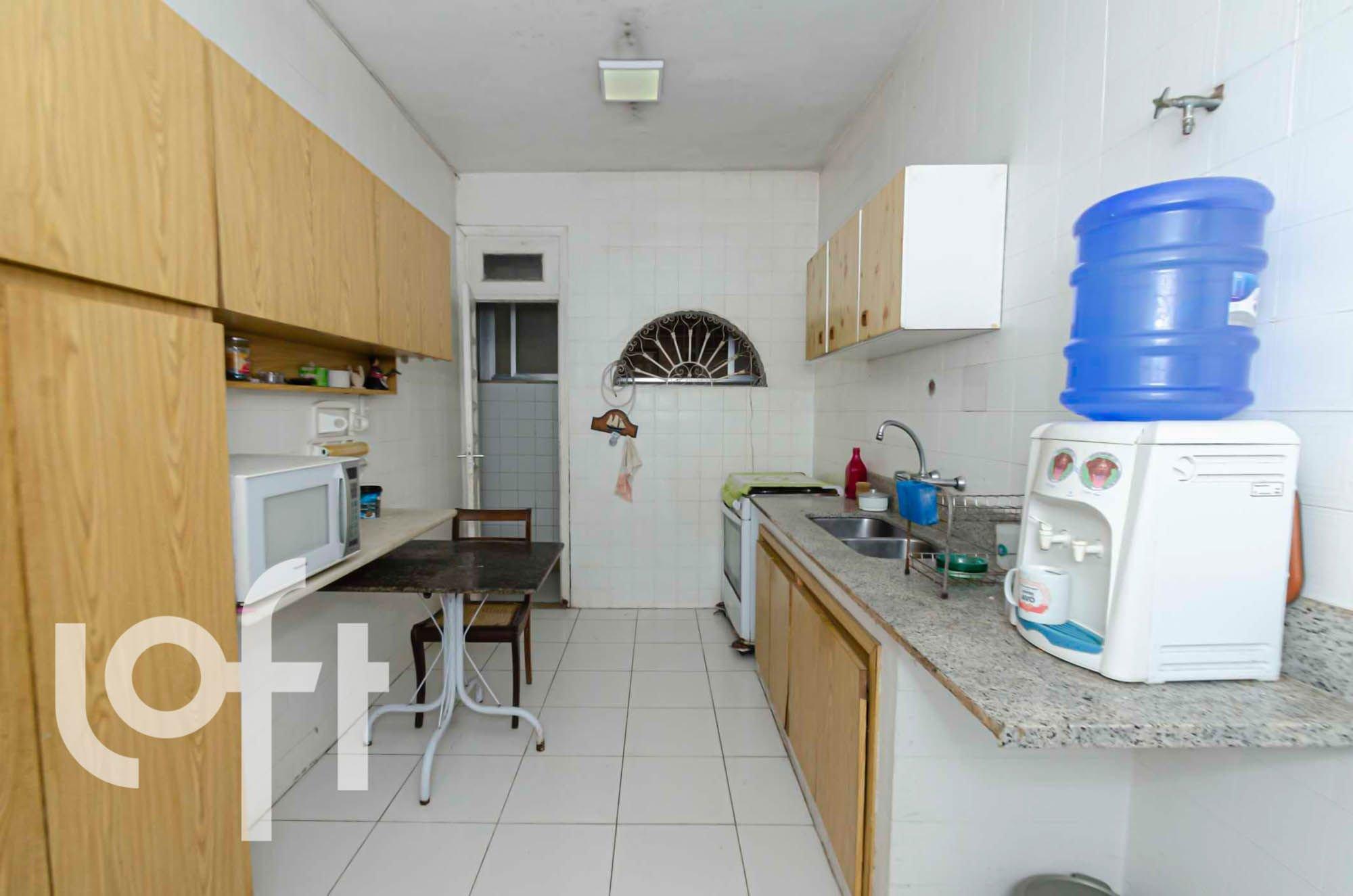 Foto de Cozinha com garrafa, geladeira, cadeira, pia, microondas