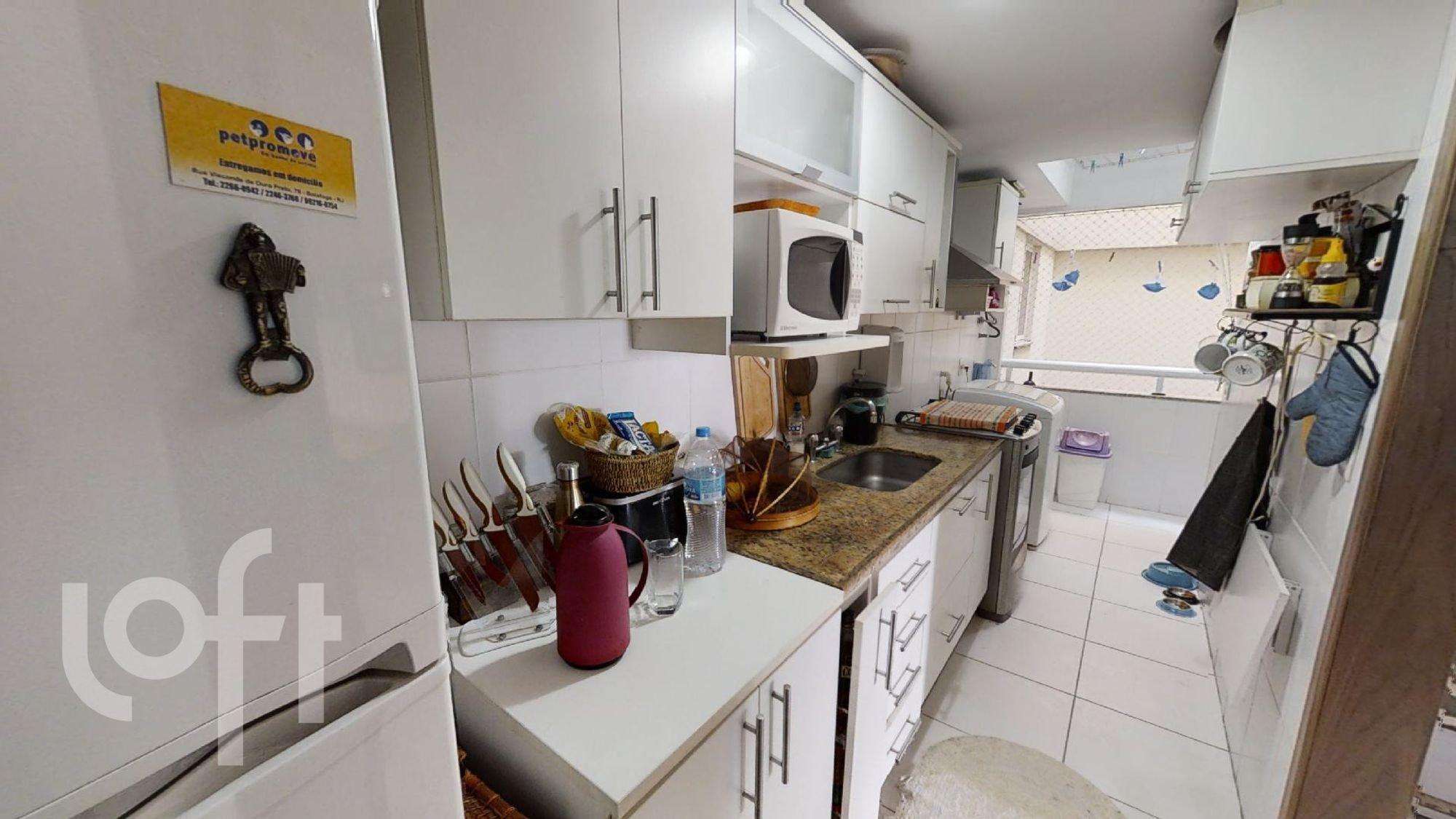 Foto de Cozinha com faca, pia, microondas