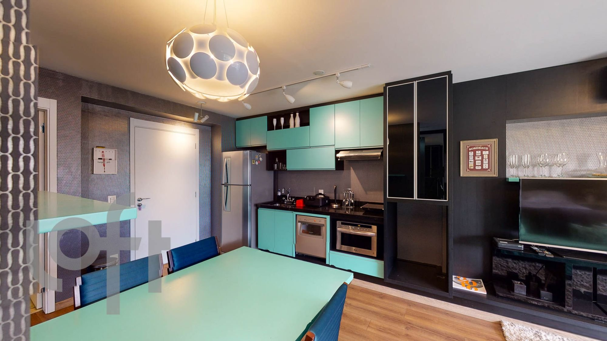 Foto de Cozinha com forno, geladeira, cadeira, mesa de jantar