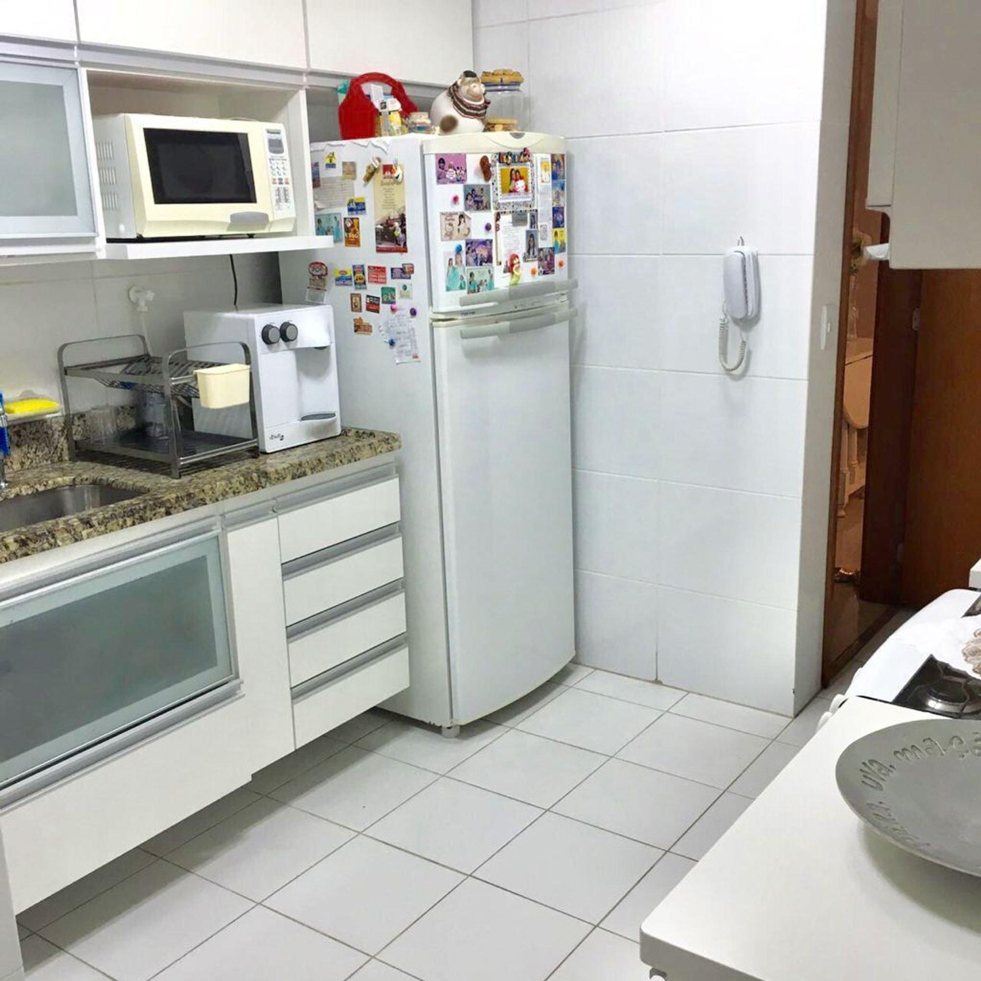 Foto de Cozinha com geladeira, microondas, mesa de jantar