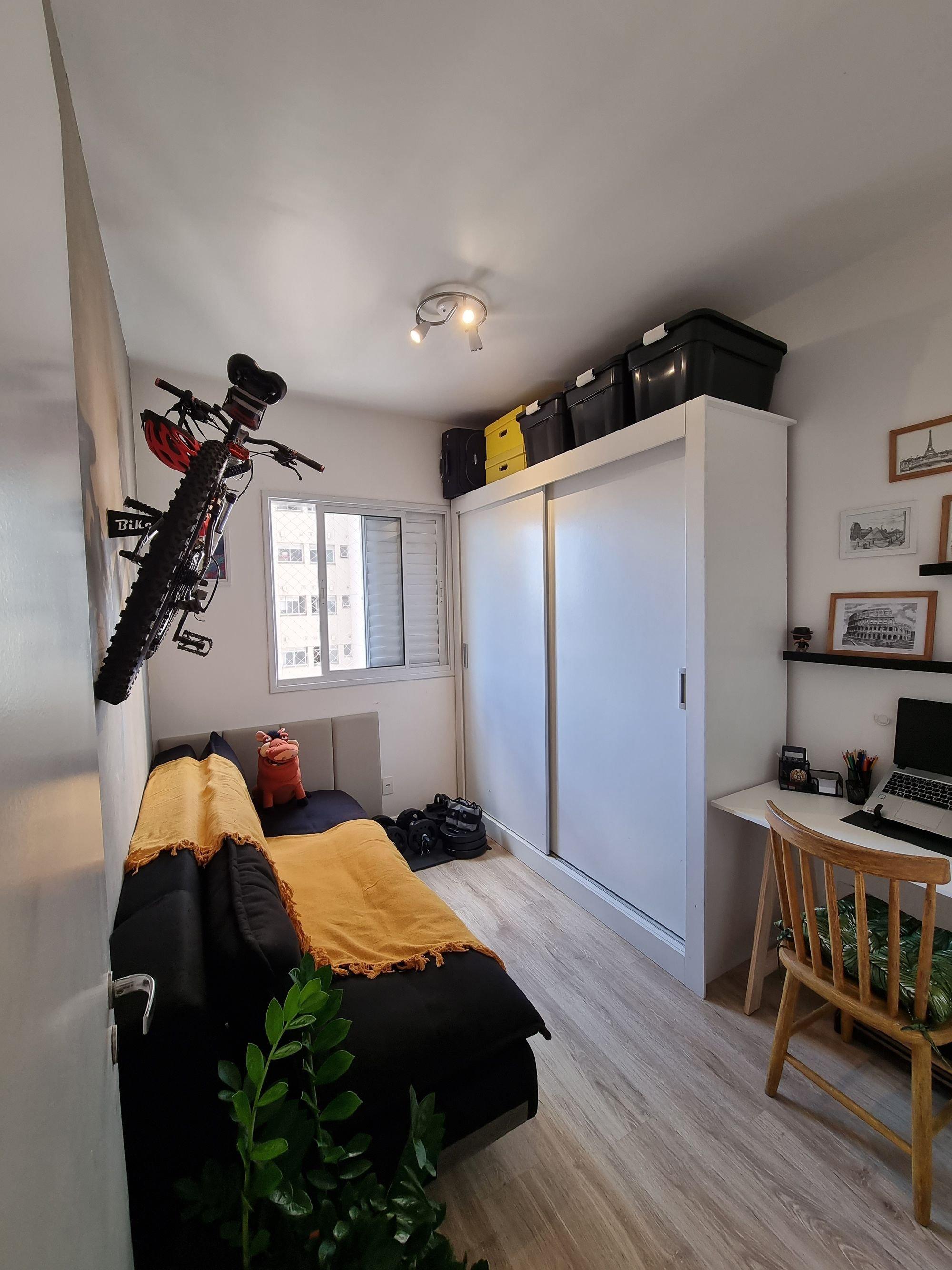 Foto de Quarto com cama, teclado, mala, computador portátil, cadeira