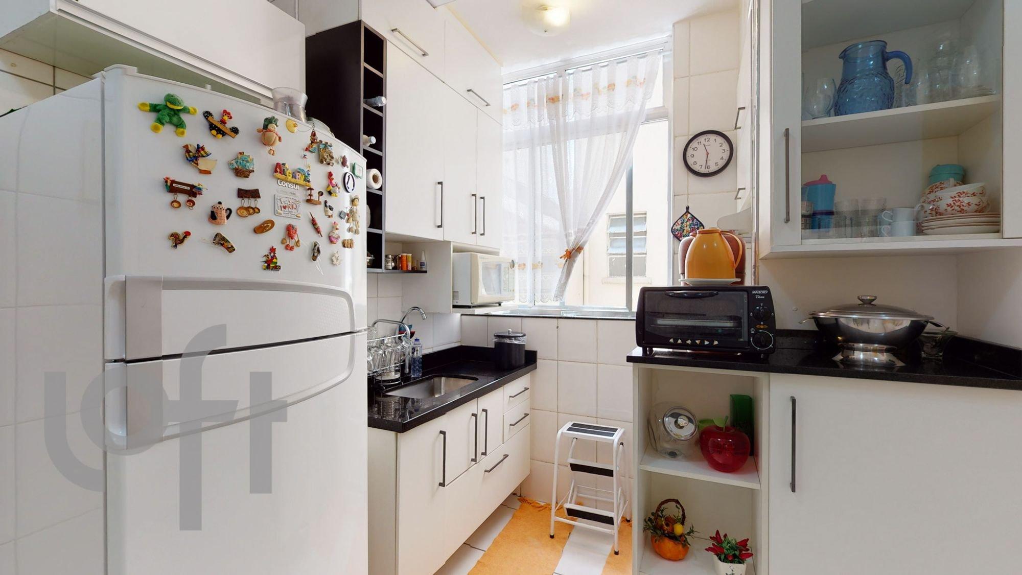 Foto de Cozinha com vaso, relógio, garrafa, geladeira, pia, xícara