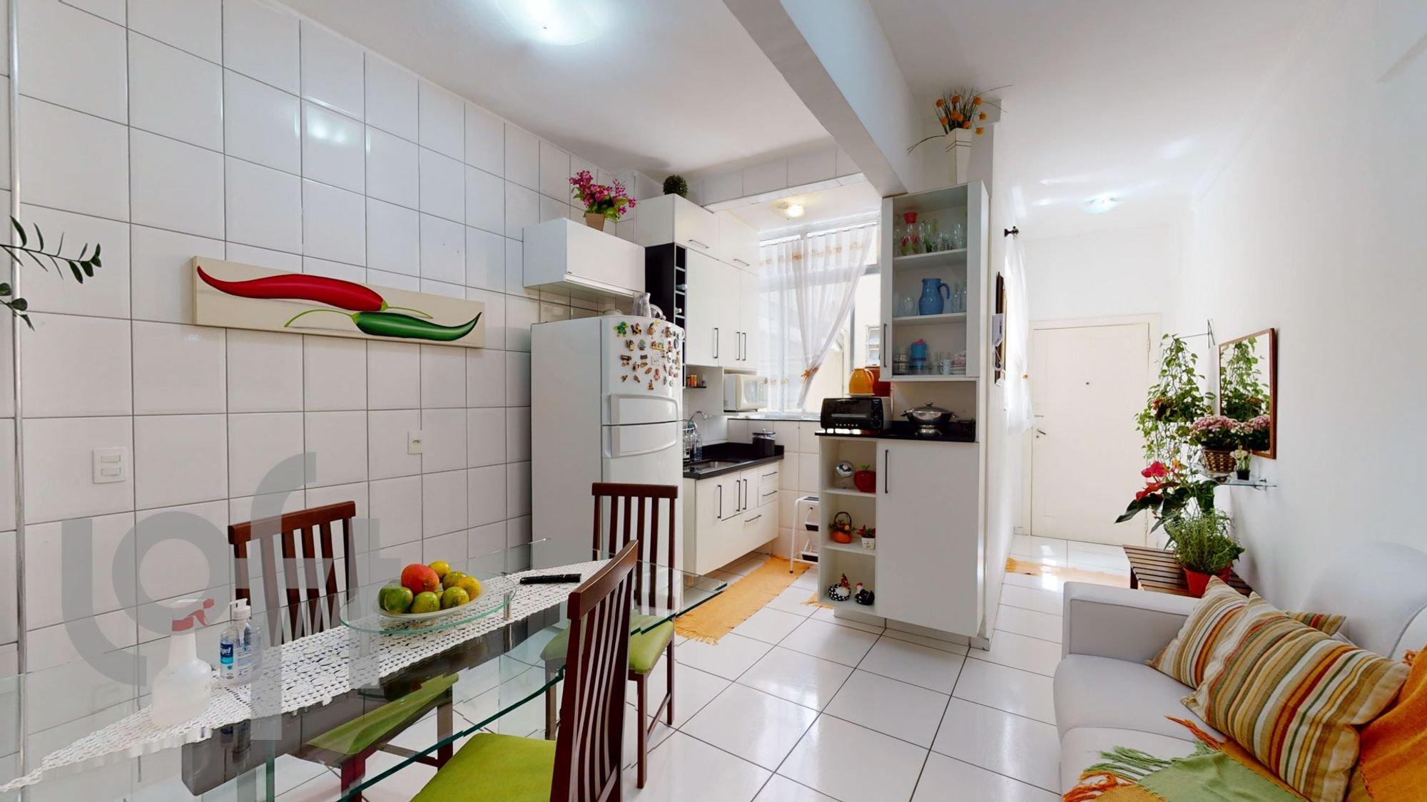Foto de Cozinha com vaso de planta, maçã, sofá, geladeira, cadeira, mesa de jantar