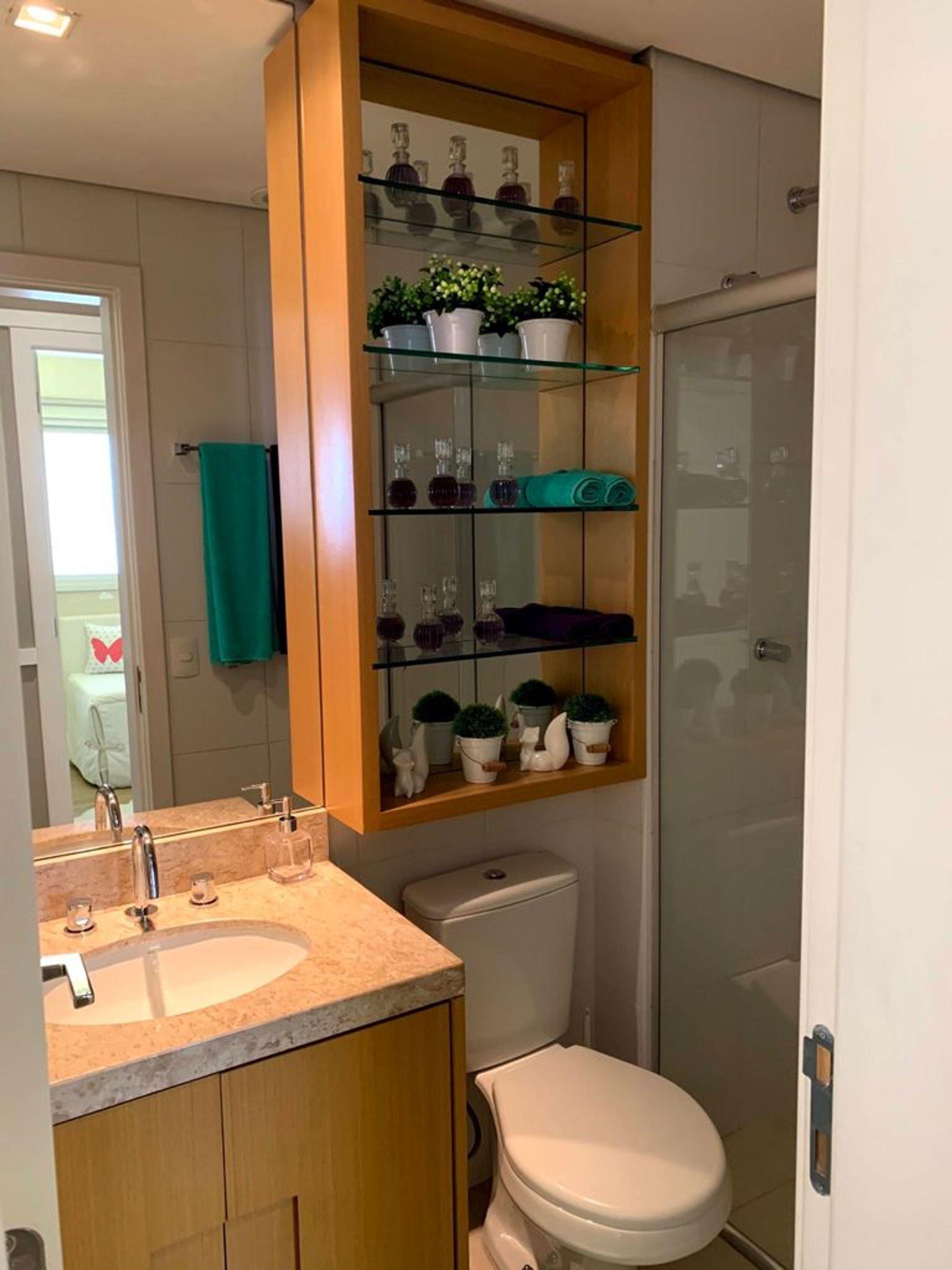 Foto de Banheiro com vaso de planta, cama, copo de vinho, vaso sanitário, pia