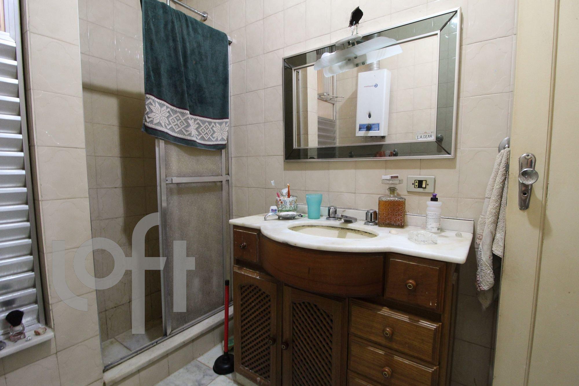 Foto de Banheiro com escova de dente, garrafa, pia, xícara