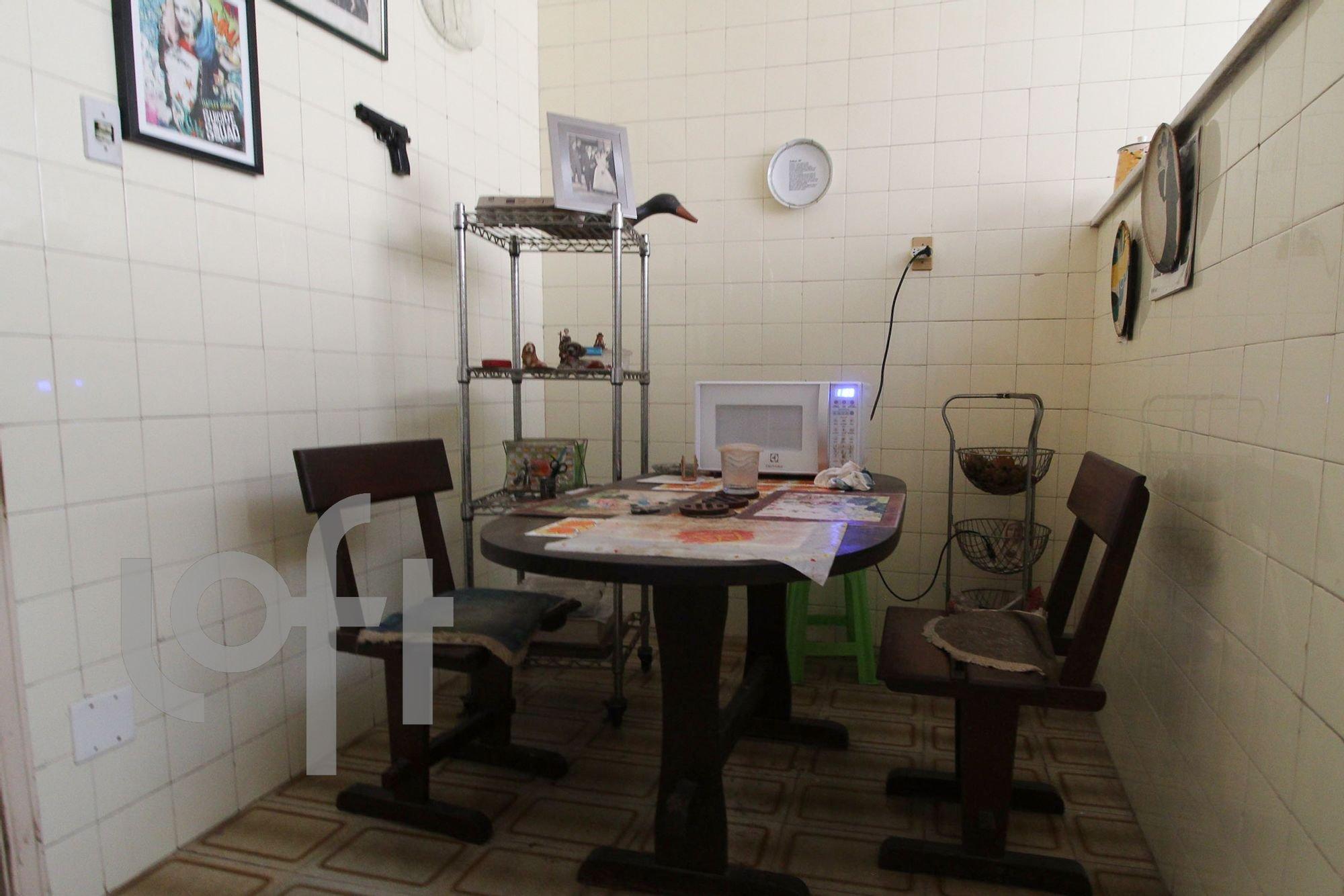 Foto de Lavanderia com televisão, cadeira, mesa de jantar, xícara