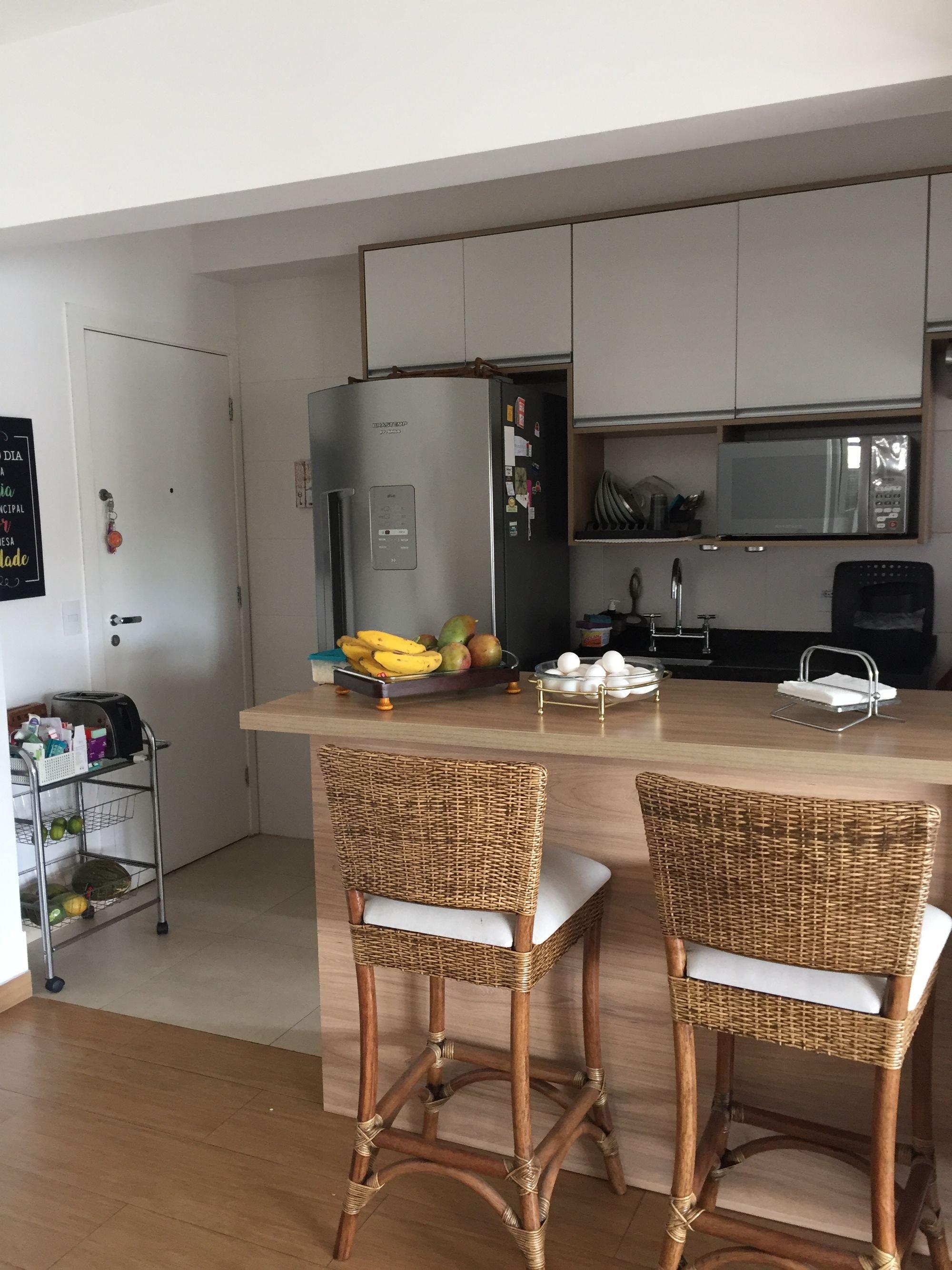 Foto de Sala com geladeira, cadeira, microondas