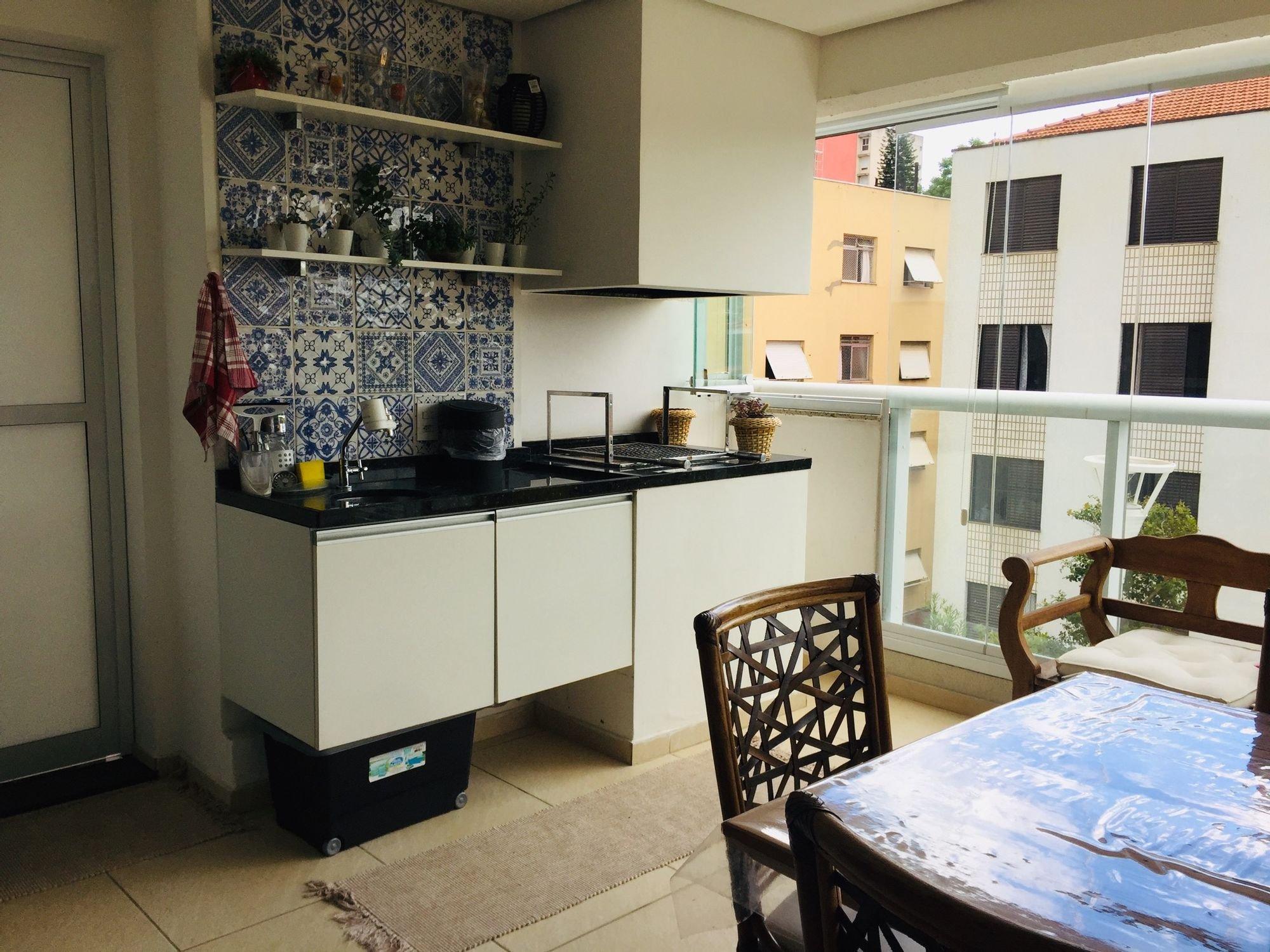 Foto de Cozinha com vaso de planta, vaso, cadeira, mesa de jantar