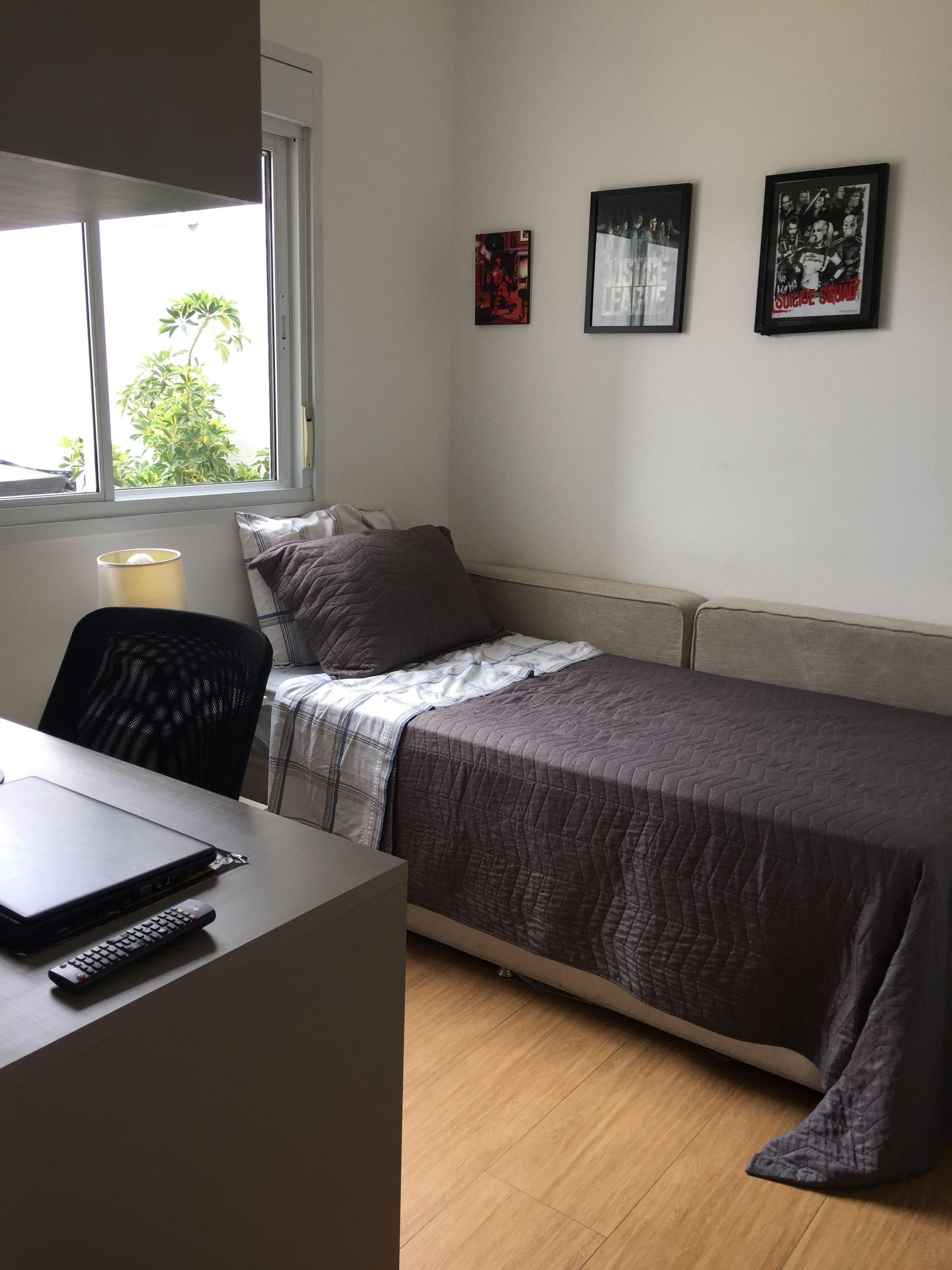 Foto de Quarto com cama, controle remoto, computador portátil, cadeira, mesa de jantar