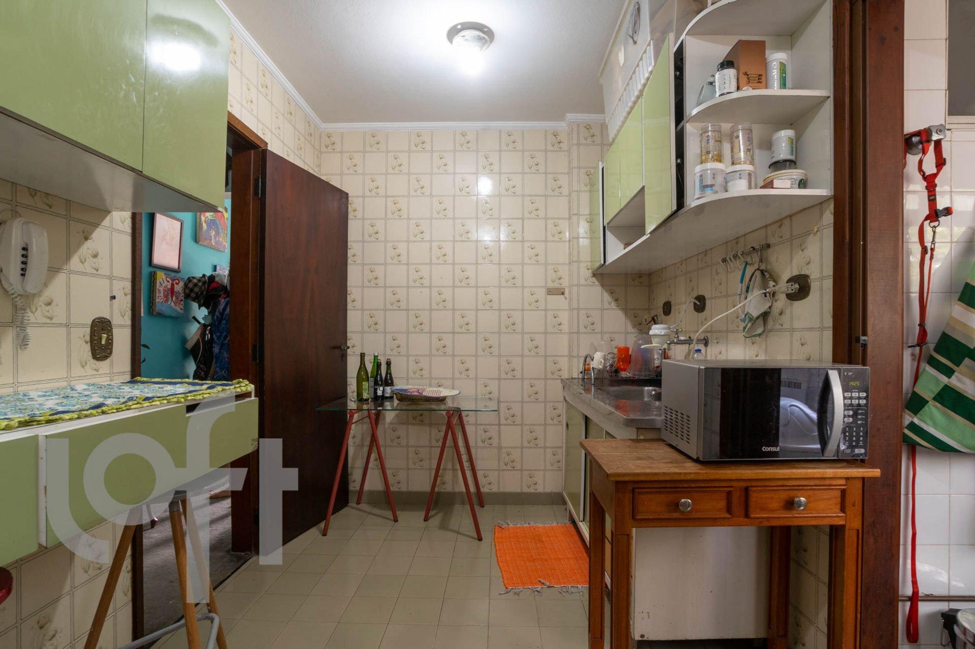 Foto de Cozinha com microondas, garrafa, xícara