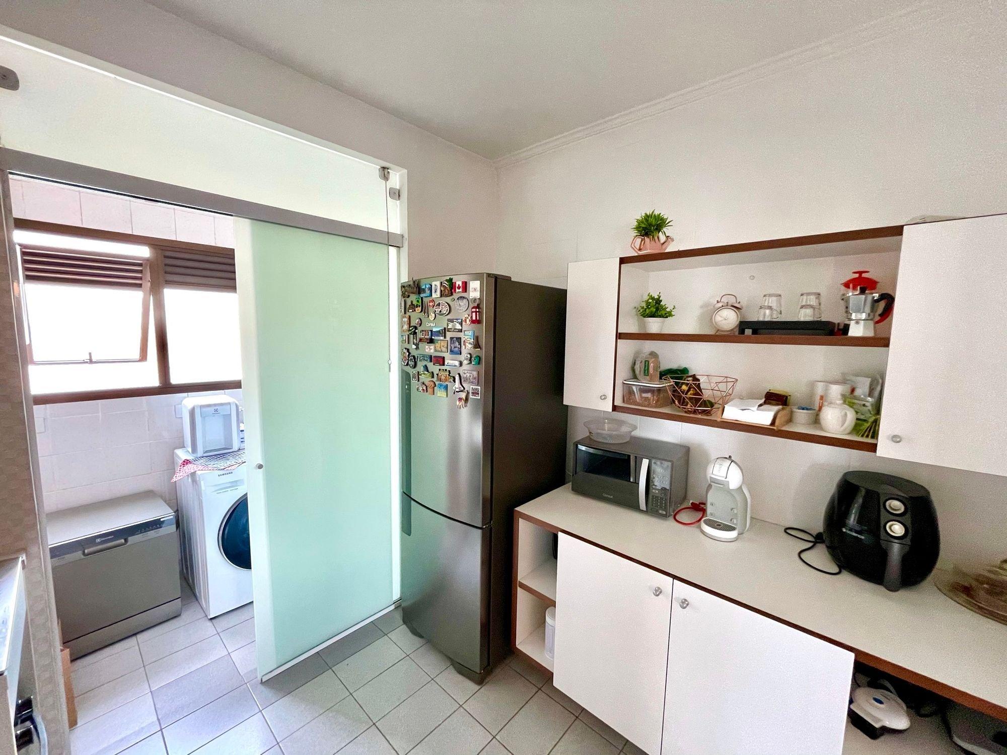 Foto de Cozinha com vaso de planta, vaso, geladeira, microondas