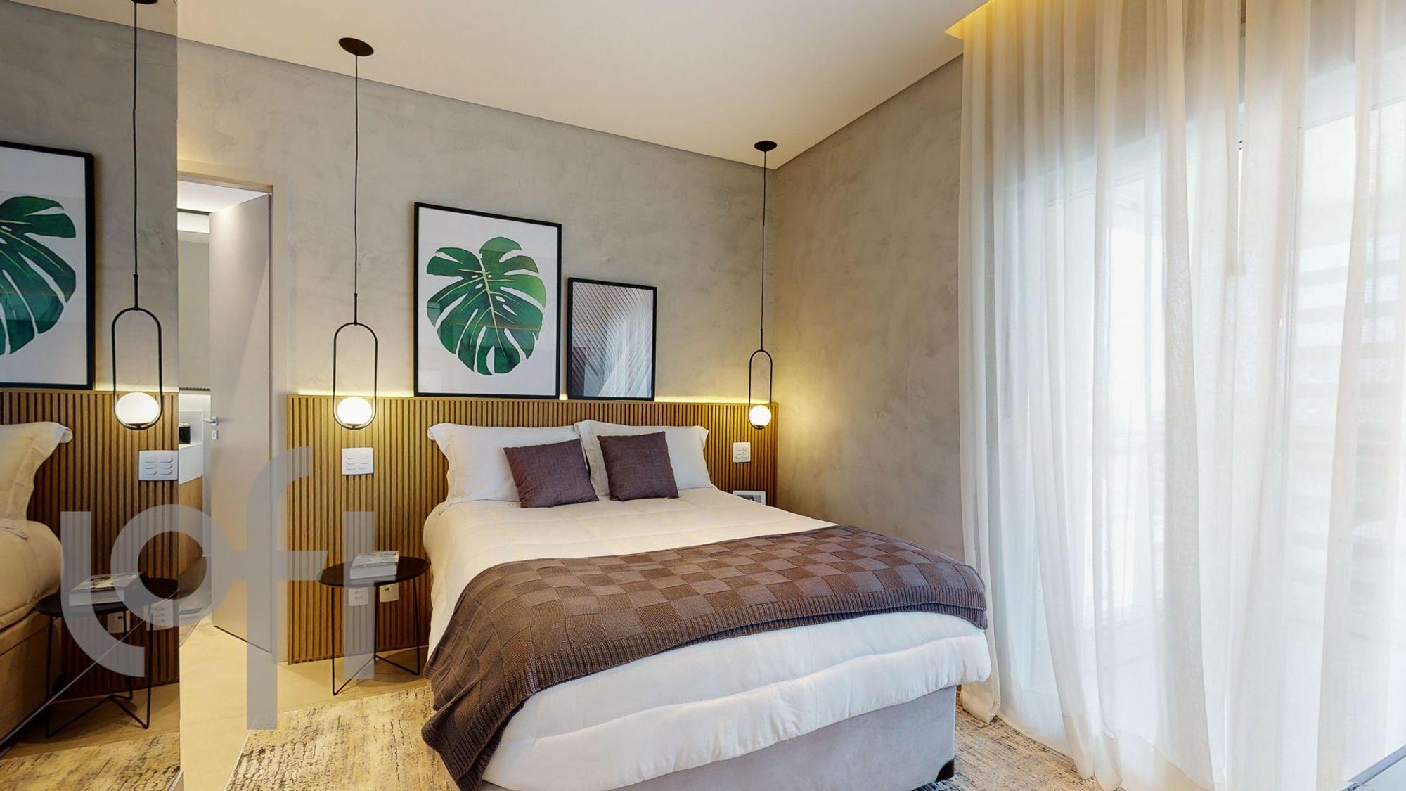 Foto de Quarto com vaso de planta, cama, sofá