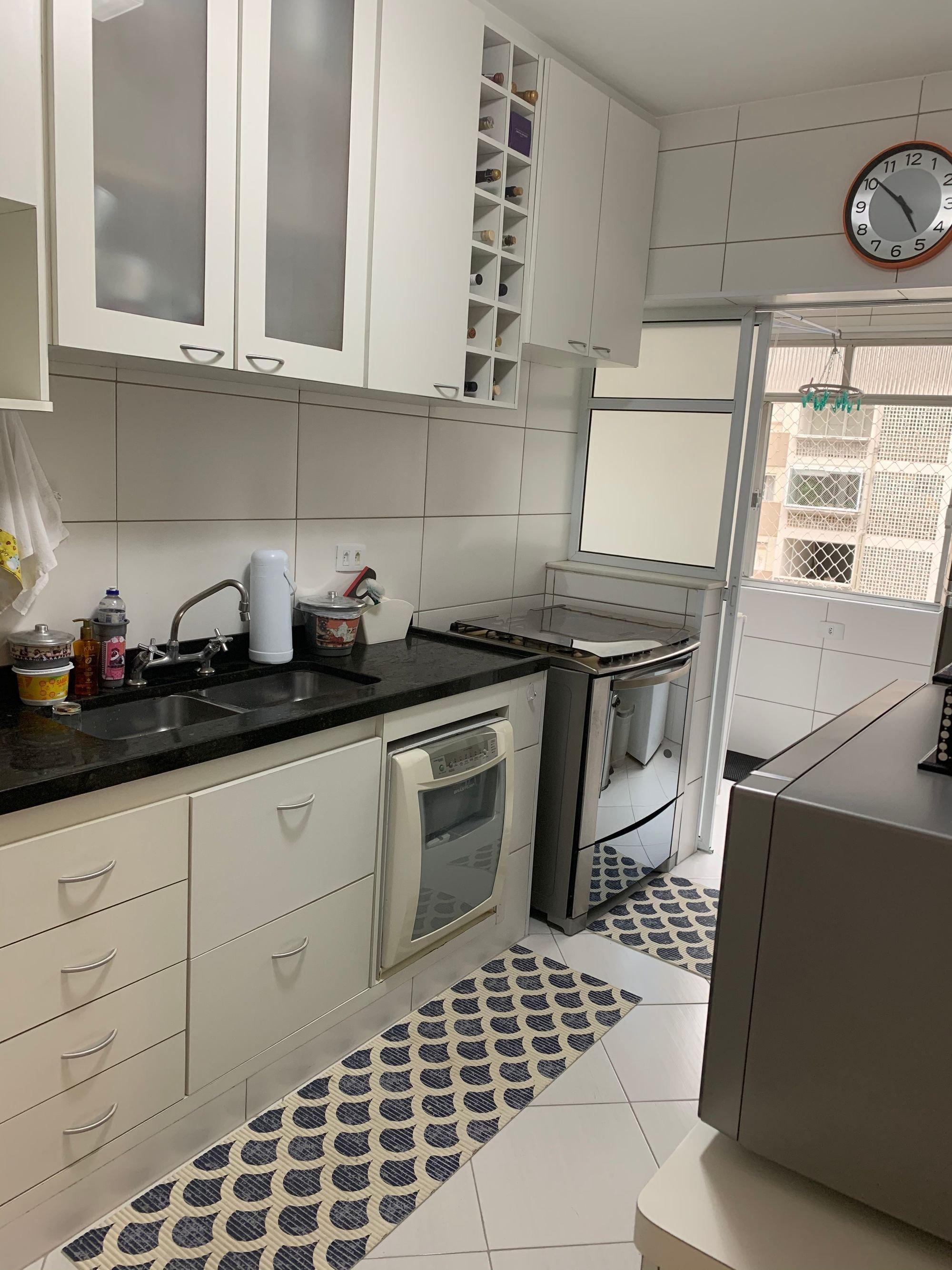 Foto de Cozinha com garrafa, relógio, forno, pia