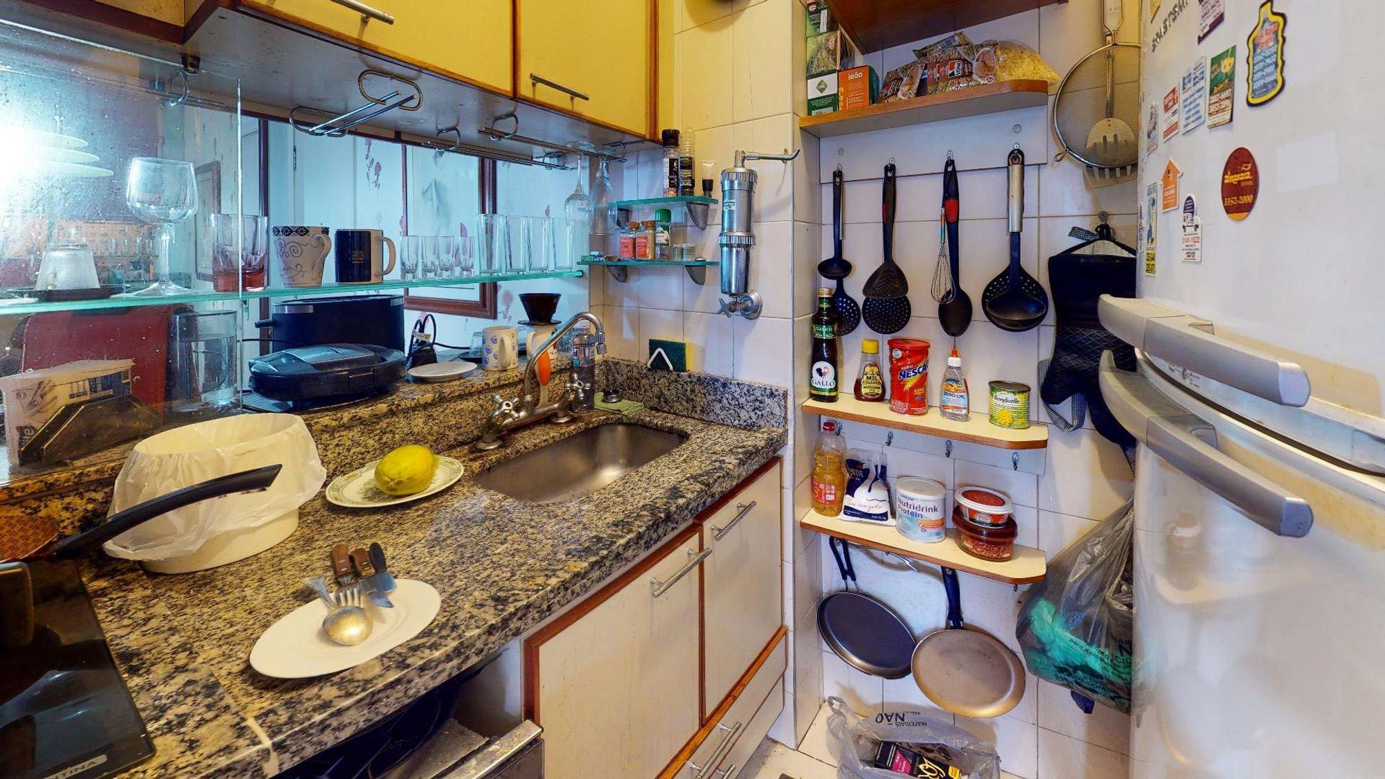Foto de Cozinha com colher, garrafa, relógio, geladeira, pia
